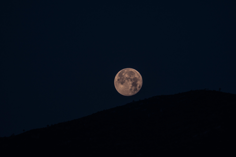 144202 免費下載壁紙 黑暗的, 黑暗, 月球, 满月, 爬坡道, 山丘, 夜 屏保和圖片