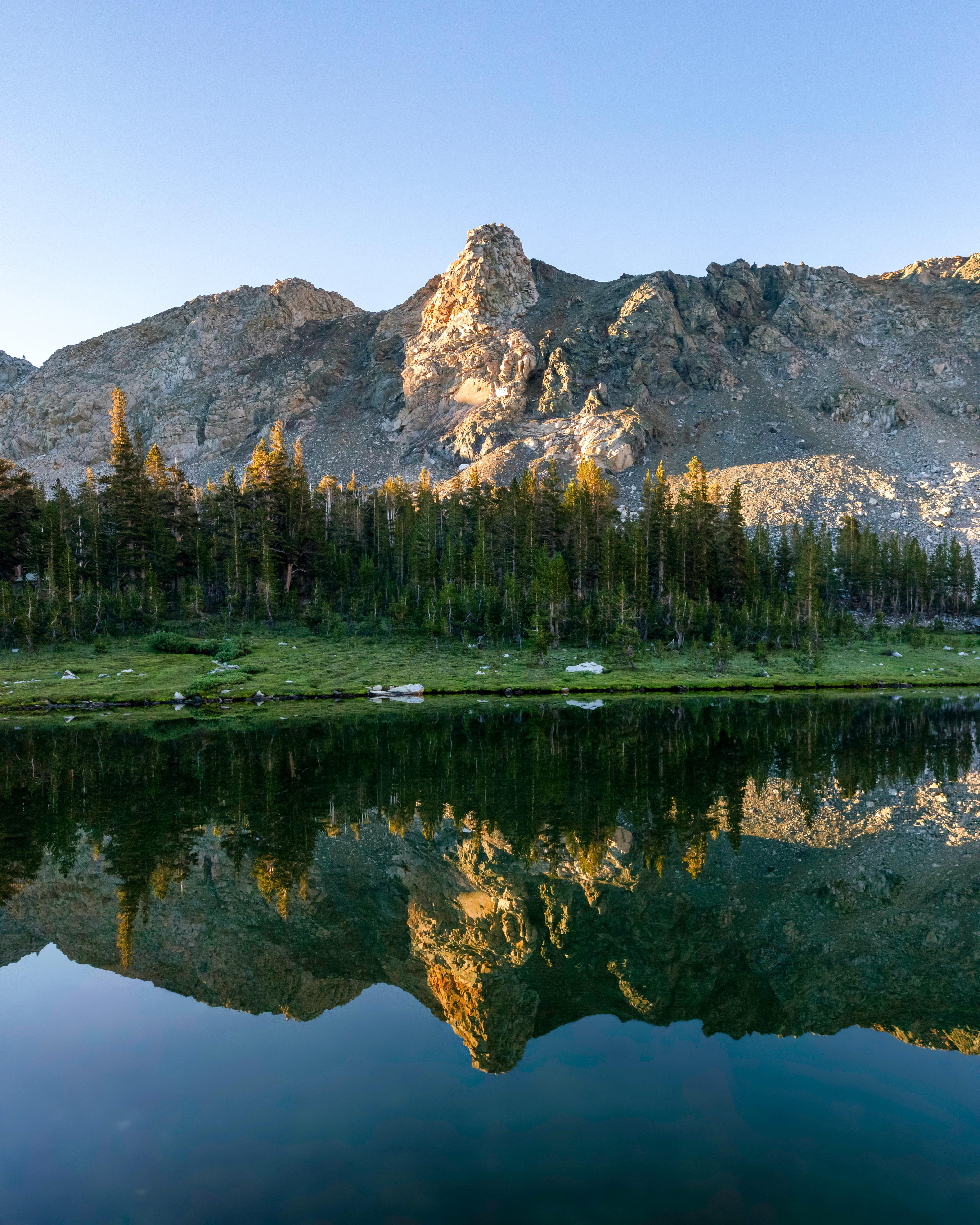155097 скачать обои Природа, Озеро, Скалы, Деревья, Ель, Горы - заставки и картинки бесплатно