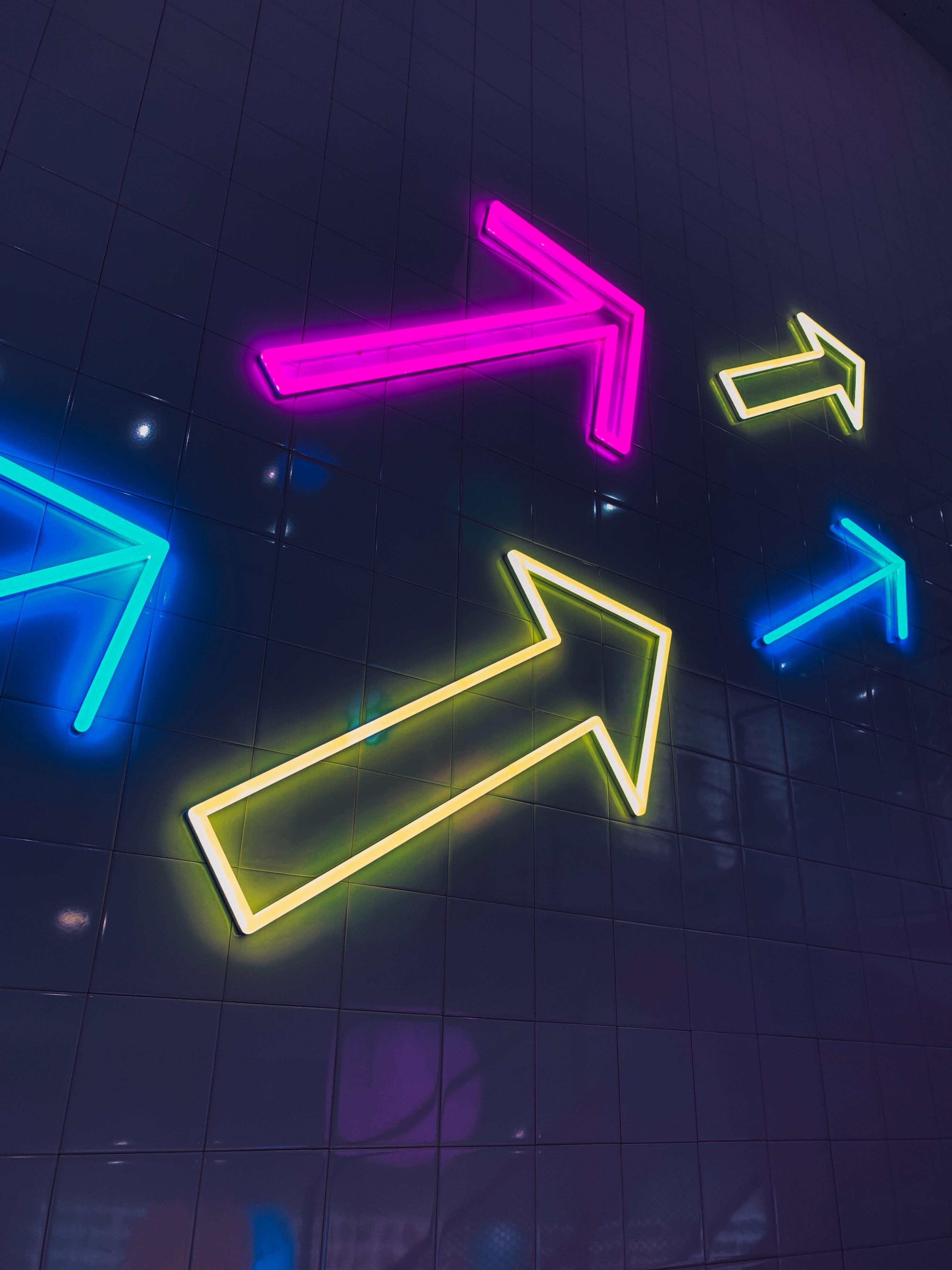 153944 Hintergrundbild herunterladen Symbole, Zeichen, Dunkel, Mehrfarbig, Motley, Neon, Glühen, Glow, Pfeile - Bildschirmschoner und Bilder kostenlos
