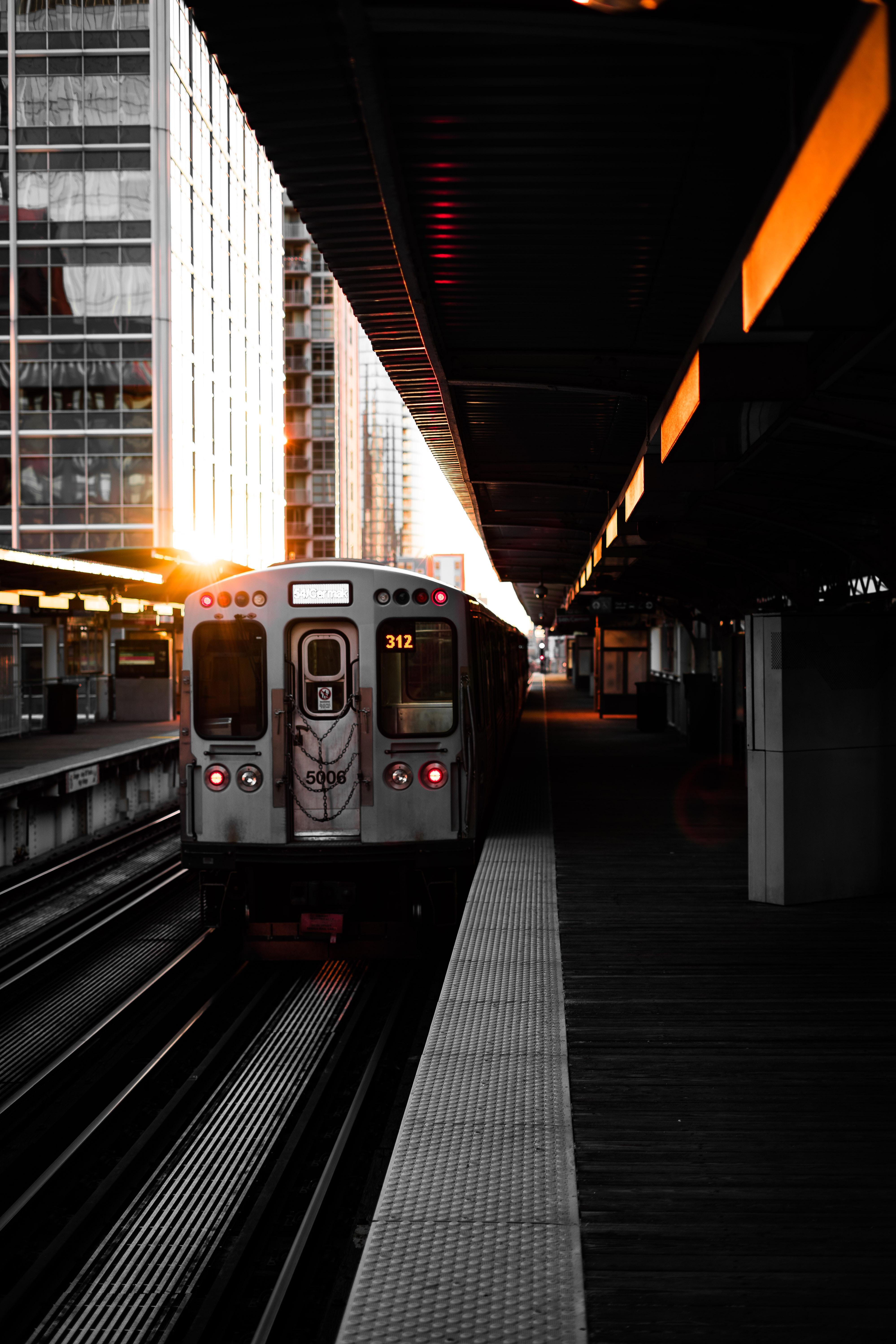 57972 télécharger le fond d'écran Un Train, Train, Chemin De Fer, Plate-Forme, Plateforme, Wagon, Voiture, Villes - économiseurs d'écran et images gratuitement