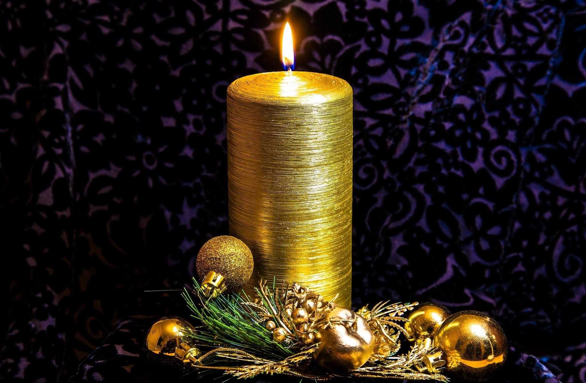128145 Hintergrundbild herunterladen Feiertage, Nadeln, Spielzeug, Gold-, Kerze - Bildschirmschoner und Bilder kostenlos