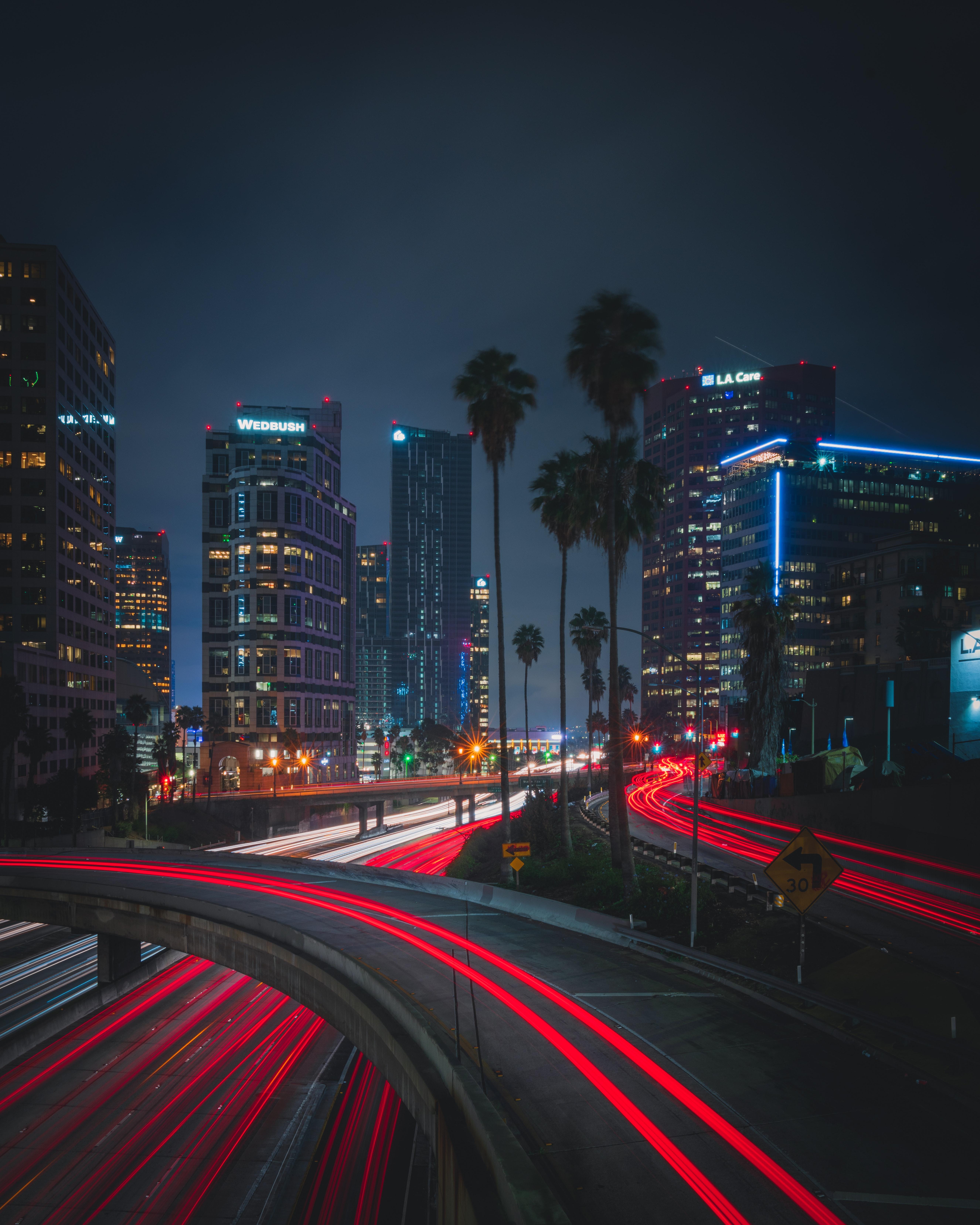 139198 Hintergrundbild herunterladen Städte, Roads, Palms, Der Verkehr, Bewegung, Nächtliche Stadt, Night City, Lichter Der Stadt, City Lights - Bildschirmschoner und Bilder kostenlos