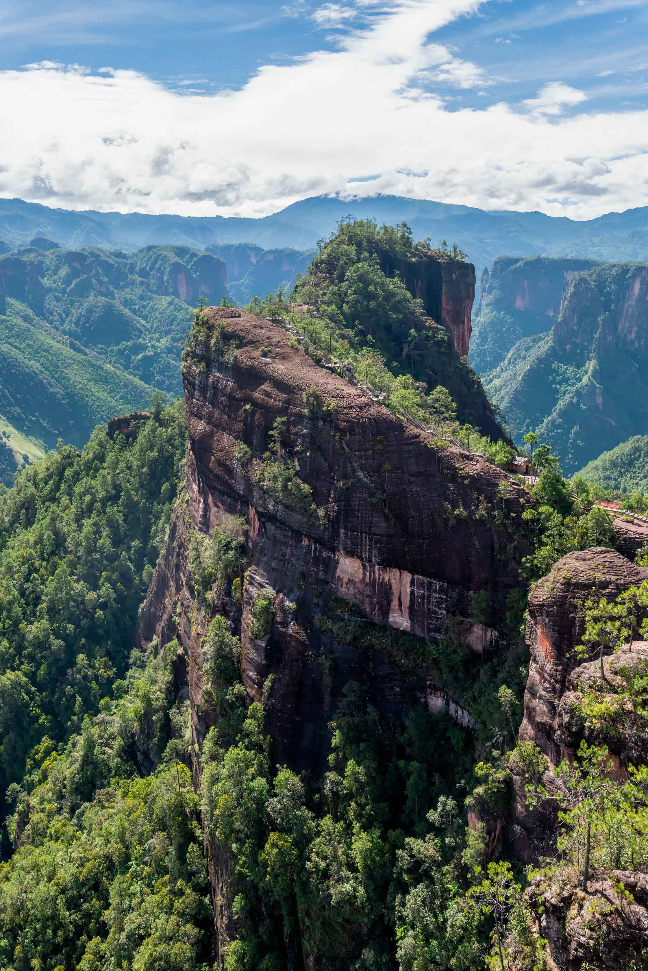 97962 descargar fondo de pantalla Naturaleza, Montaña, Vértice, Arriba, Roca, Árboles, Nubes, Paisaje: protectores de pantalla e imágenes gratis