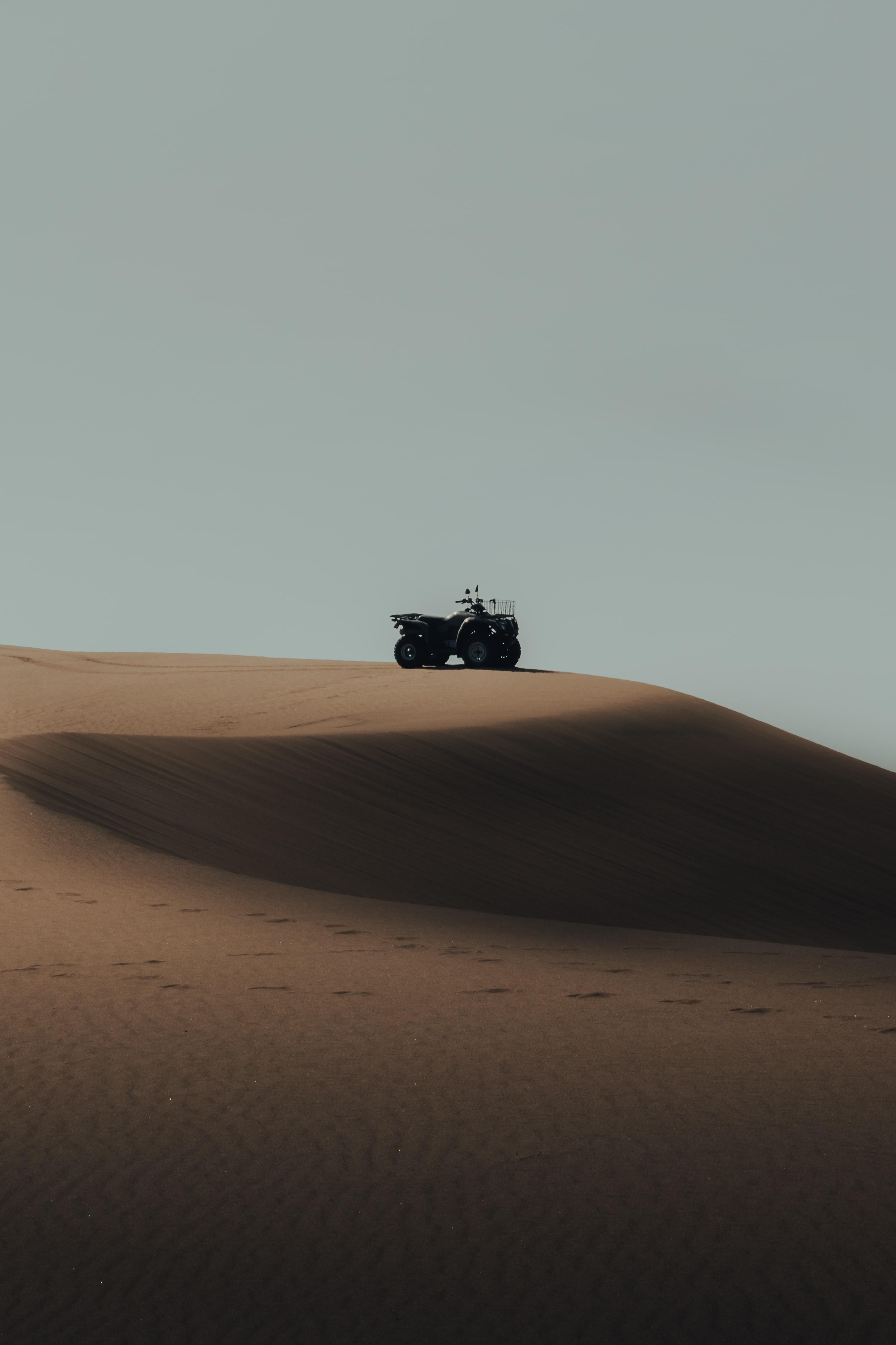73335 скачать обои Мотоциклы, Квадроцикл, Песок, Холм, Дюны, Пустыня - заставки и картинки бесплатно