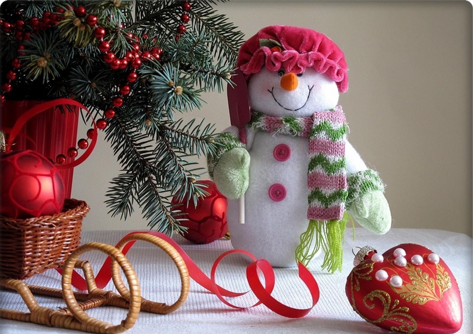 105292 descargar fondo de pantalla Vacaciones, Año Nuevo, Navidad, Monigote De Nieve, Muñeco De Nieve, Sucursales, Ramas, Trineo, Decoraciones De Navidad, Juguetes De Árbol De Navidad: protectores de pantalla e imágenes gratis
