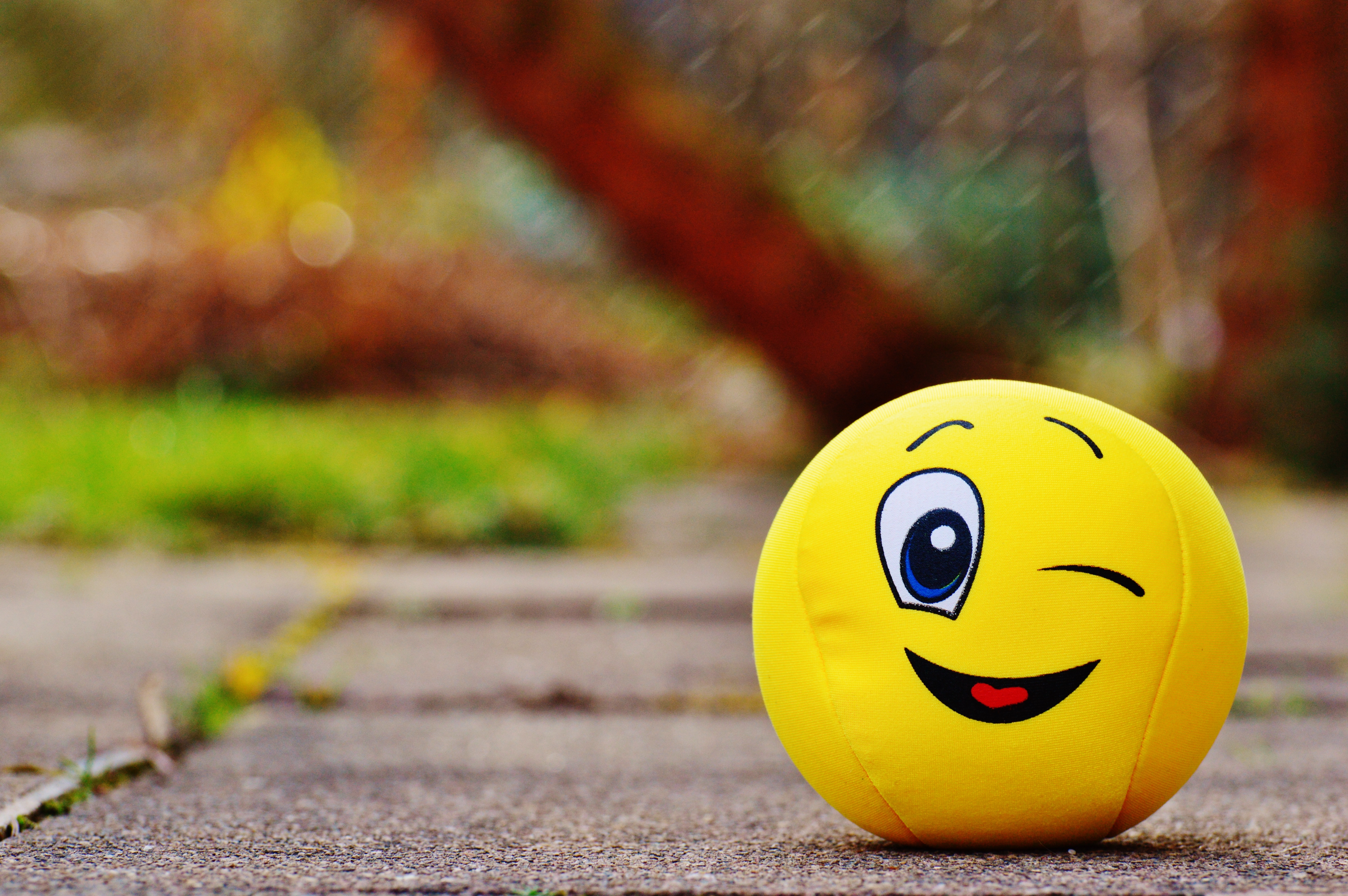 85922 Hintergrundbild herunterladen Spielzeug, Verschiedenes, Sonstige, Lächeln, Ball, Emoticon, Smiley, Spaß, Fröhlich - Bildschirmschoner und Bilder kostenlos