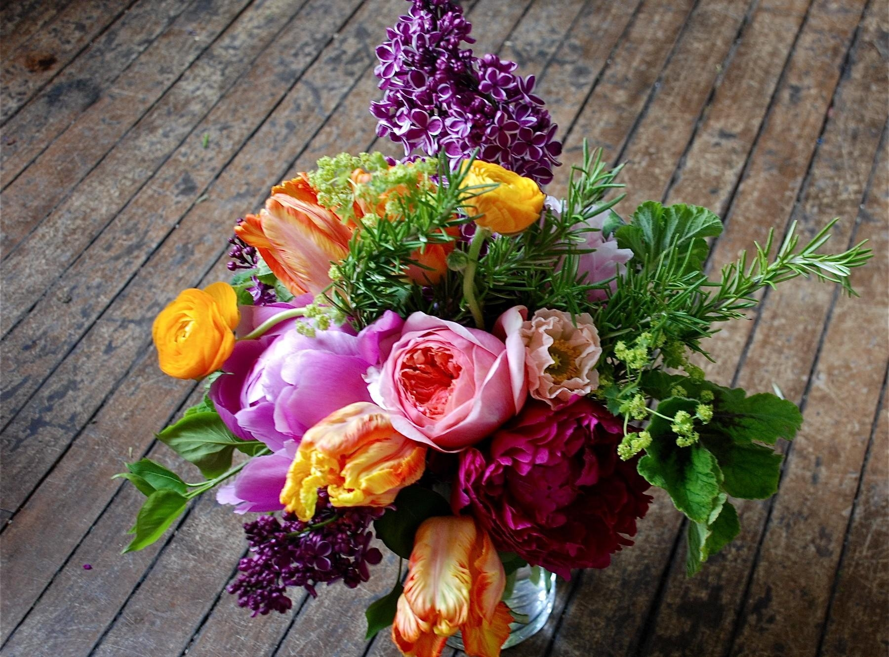 137161 download wallpaper Flowers, Lilac, Ranunculus, Ranunkulus, Bouquet, Vase, Floor, Tulips screensavers and pictures for free