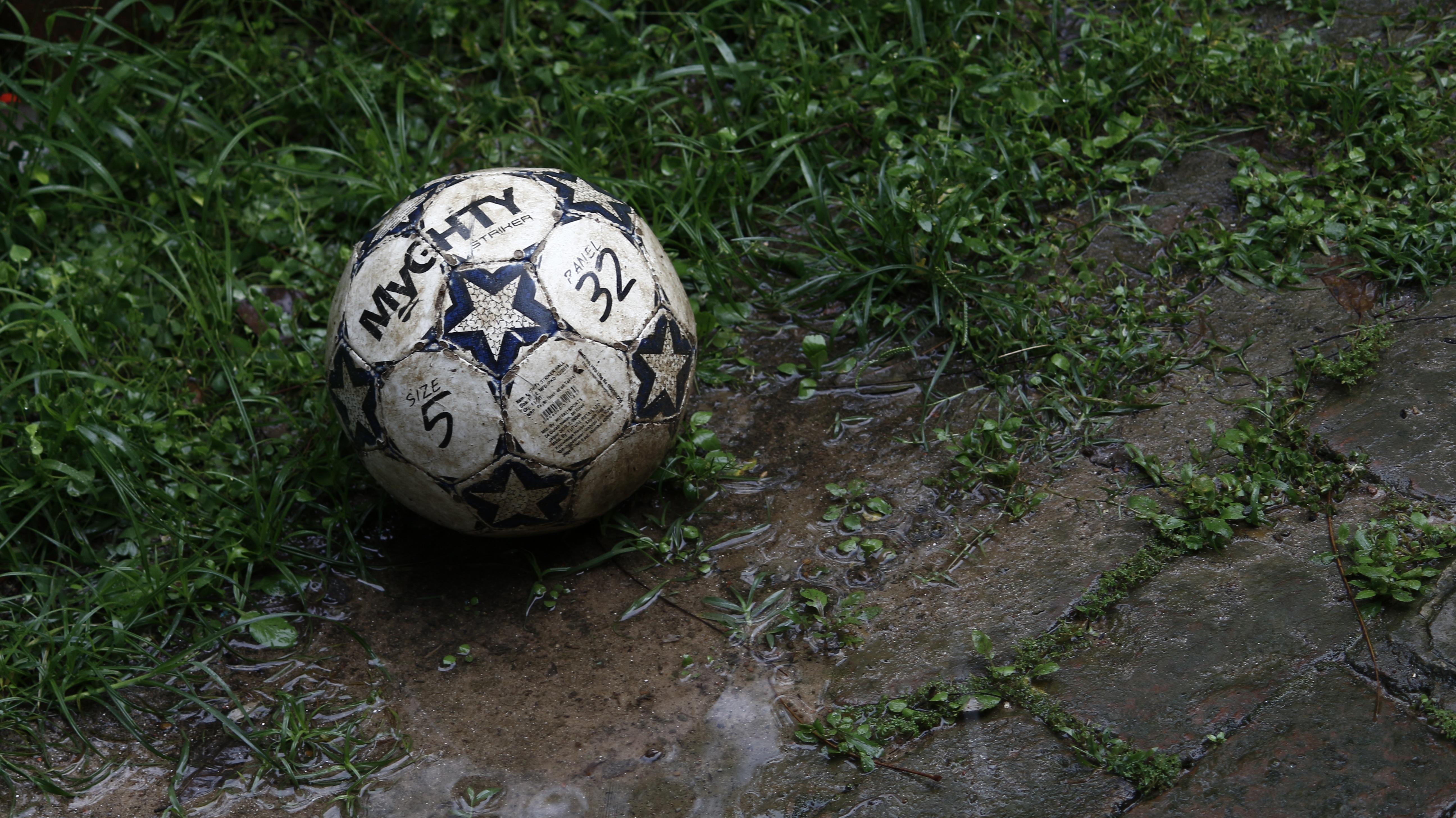111476 скачать обои Спорт, Мяч, Футбол, Грязь, Трава - заставки и картинки бесплатно