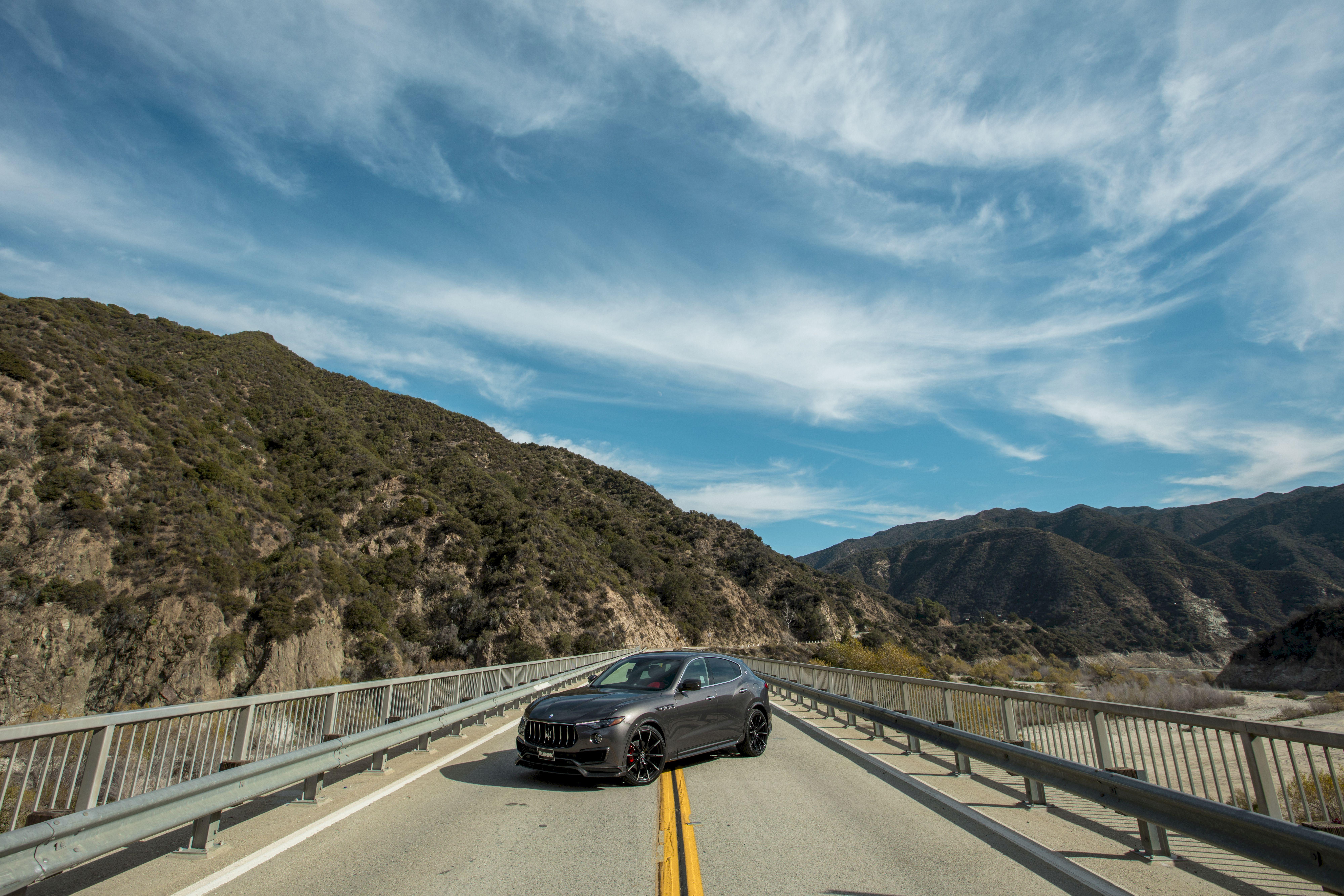 114033 Hintergrundbild herunterladen Sky, Mountains, Maserati, Cars, Brücke, Frequenzweiche, Crossover, Maserati Levante - Bildschirmschoner und Bilder kostenlos