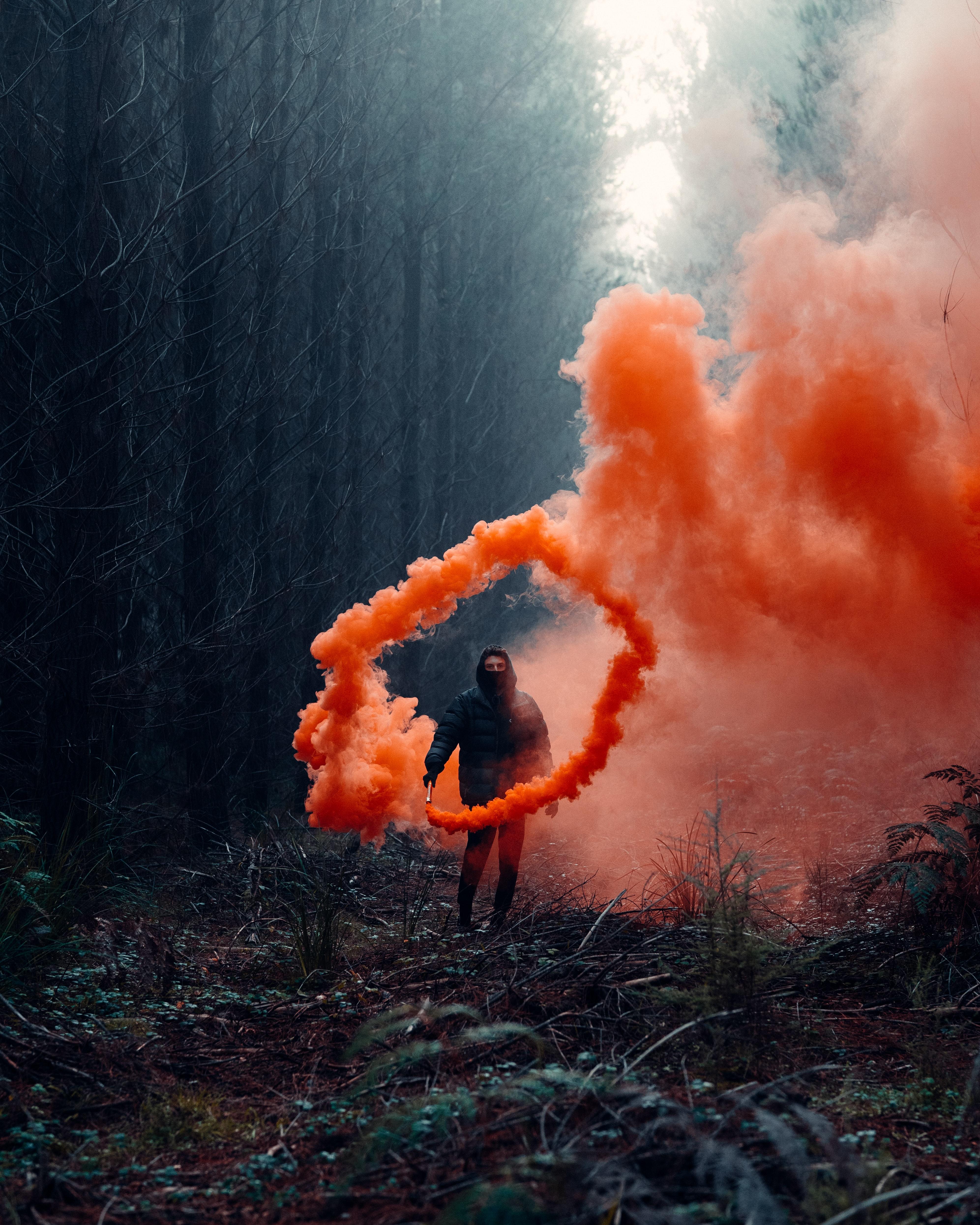 146882 免費下載壁紙 杂项, 人类, 男子, 云, 云端, 烟雾弹, 森林, 吸烟 屏保和圖片