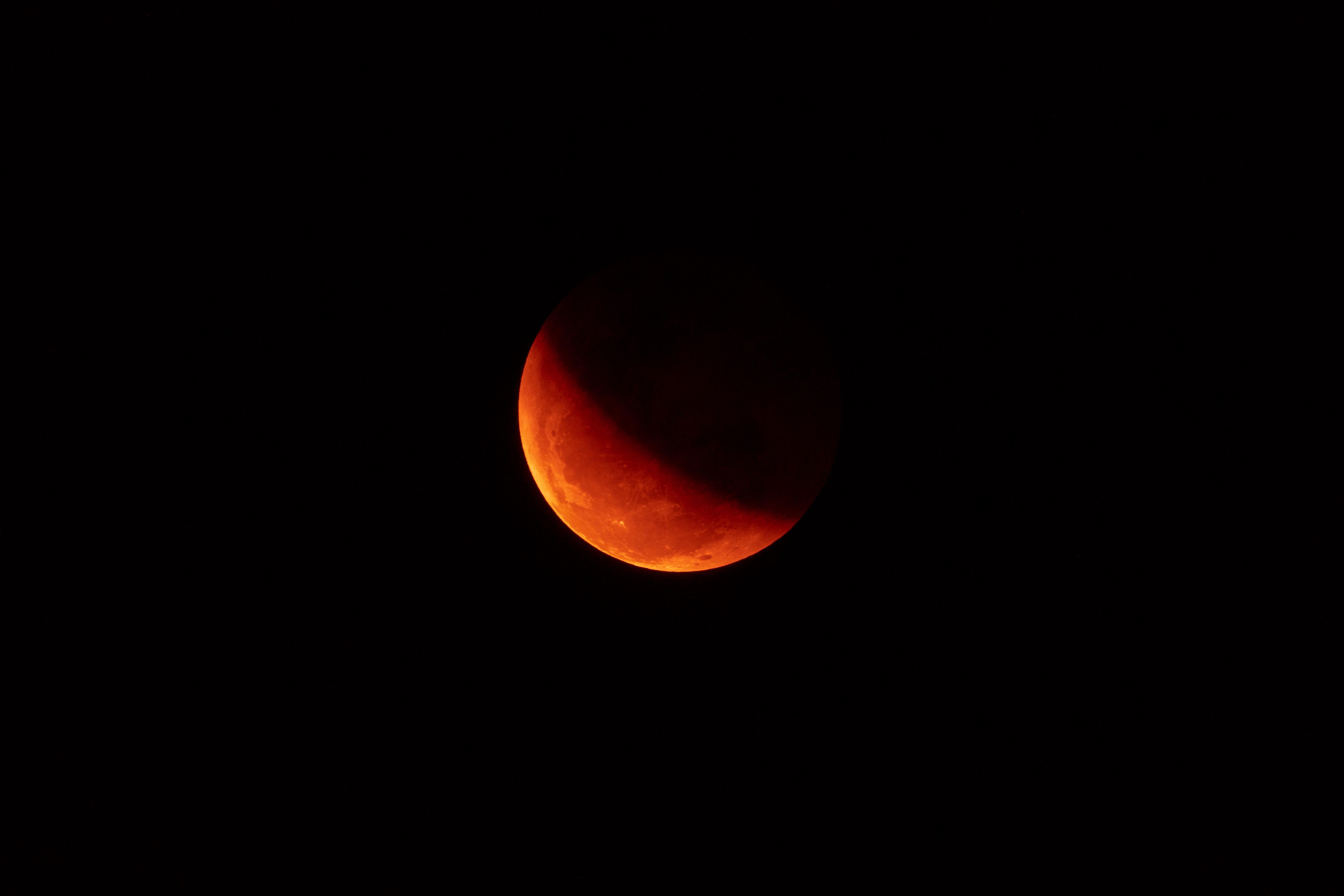 72579 Заставки и Обои Луна на телефон. Скачать Луна, Космос, Красный, Темный, Тень картинки бесплатно