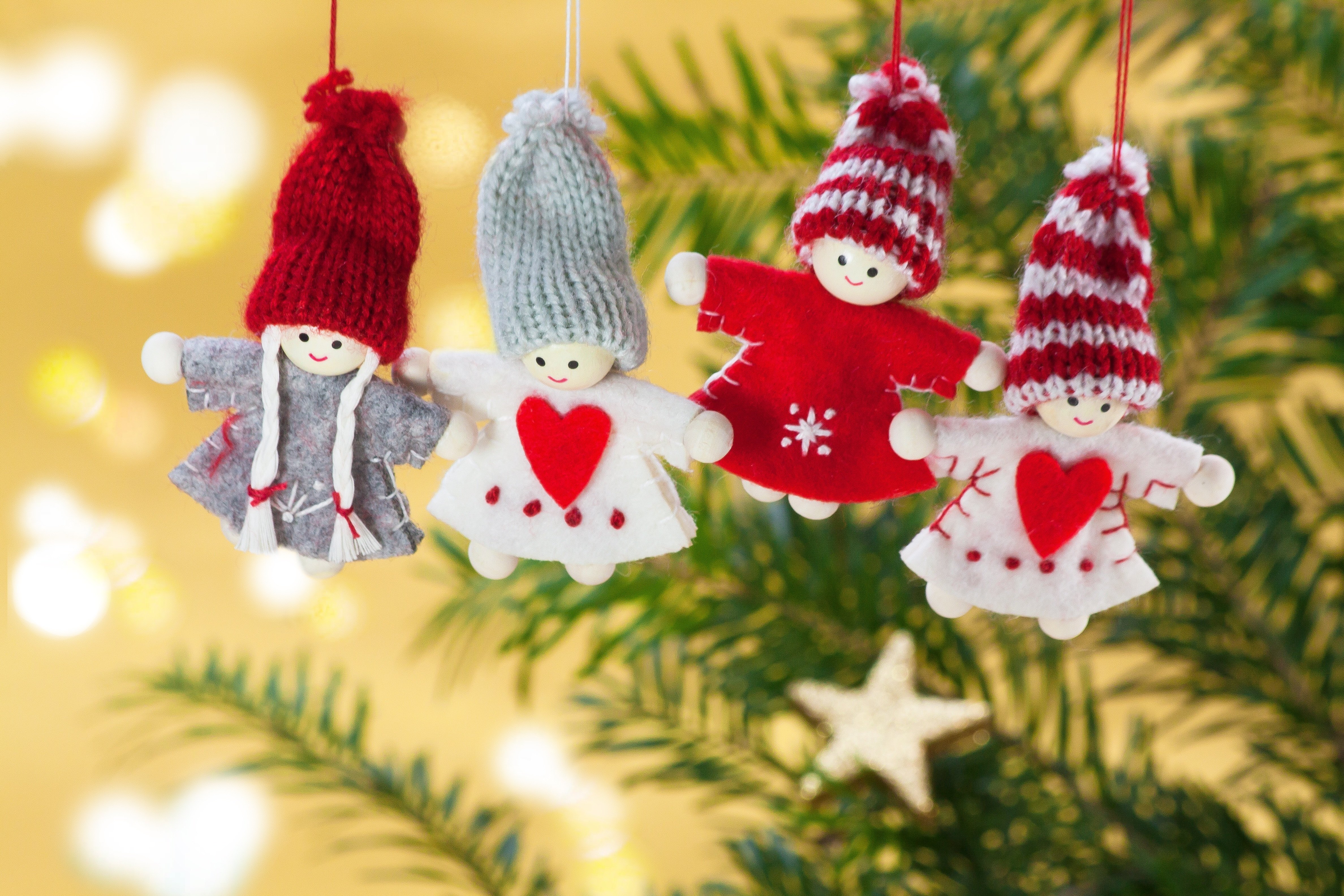 121515 Hintergrundbild herunterladen Feiertage, Weihnachten, Spielzeug, Engel, Ast, Zweig - Bildschirmschoner und Bilder kostenlos