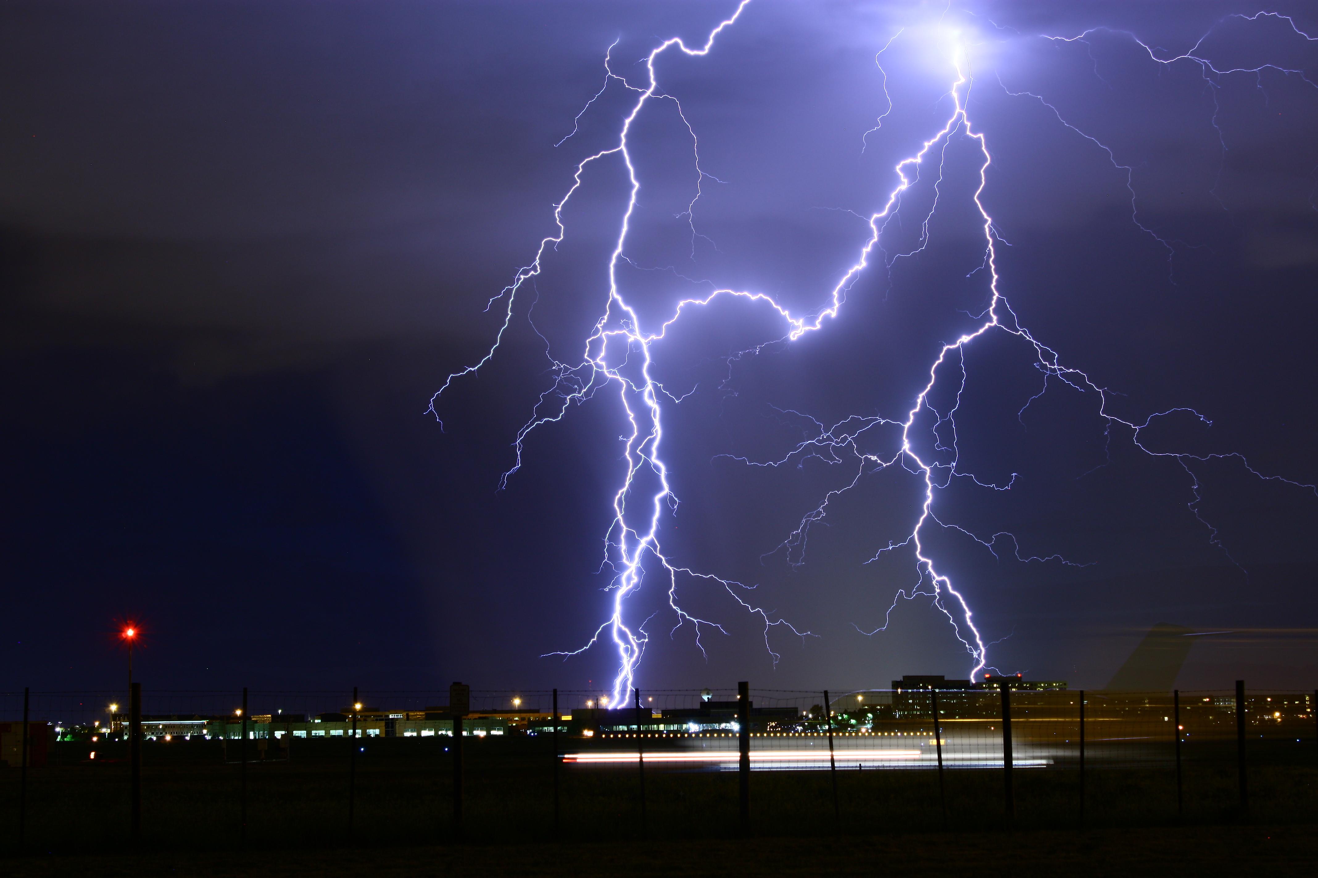 76539 Заставки и Обои Молния на телефон. Скачать Гроза, Природа, Небо, Ночь, Огни Города, Пасмурно, Молния картинки бесплатно