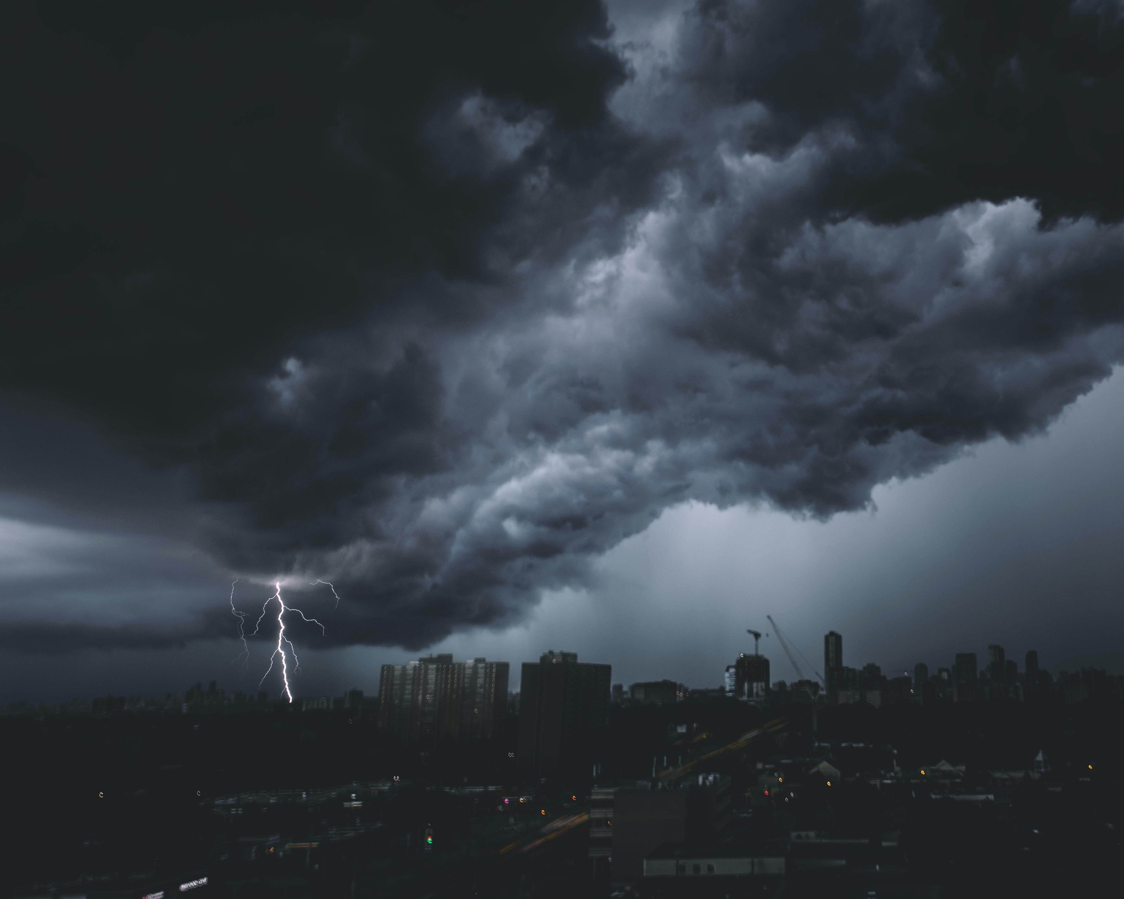96956 Заставки и Обои Молния на телефон. Скачать Природа, Небо, Облака, Город, Свечение, Молния картинки бесплатно