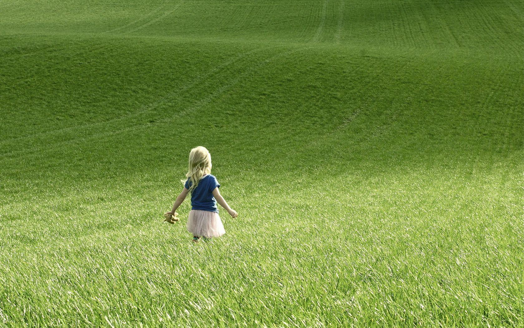 142525 скачать обои Разное, Девочка, Ребенок, Поле, Трава, Прогулка - заставки и картинки бесплатно