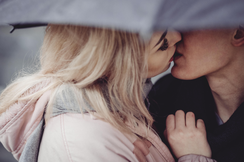 116778 скачать обои Поцелуй, Любовь, Пара, Романтика, Нежность, Зонт, Касание - заставки и картинки бесплатно
