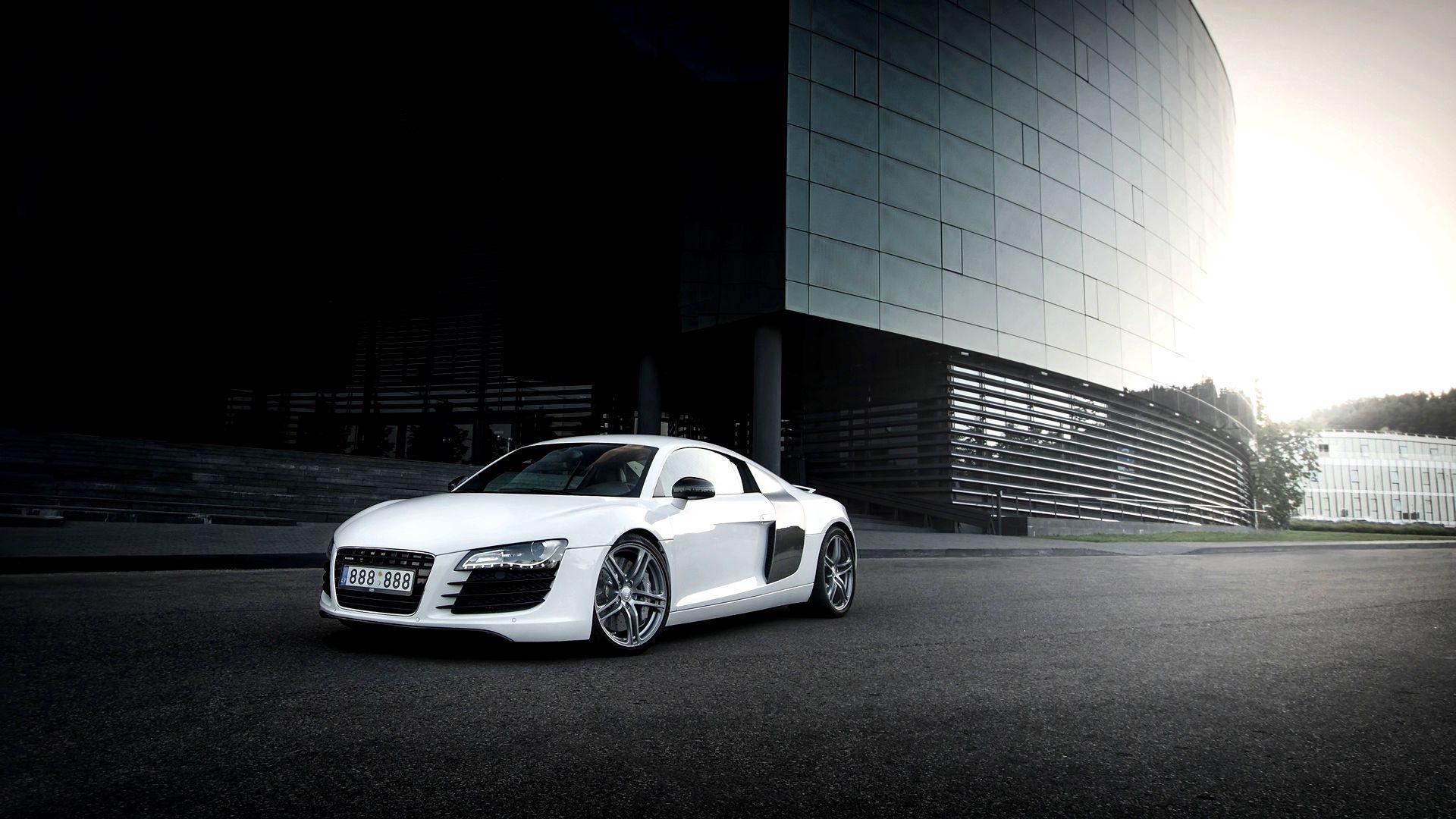84014 скачать обои Тачки (Cars), Ауди (Audi), R8, Белый, Здание - заставки и картинки бесплатно