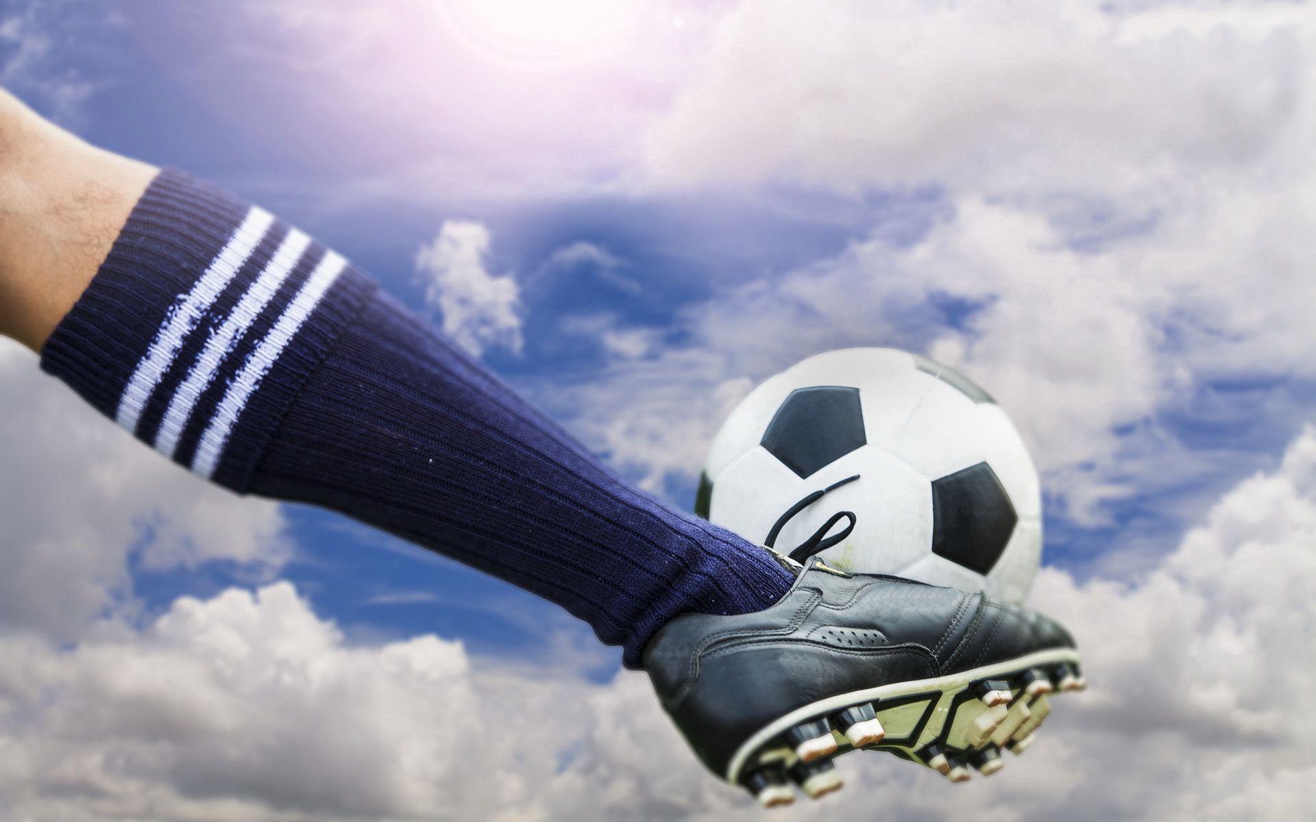 139816 Hintergrundbild herunterladen Sport, Fußball, Ball, Stollen, Schuhe, Kniestrümpfe, Kniesocken - Bildschirmschoner und Bilder kostenlos