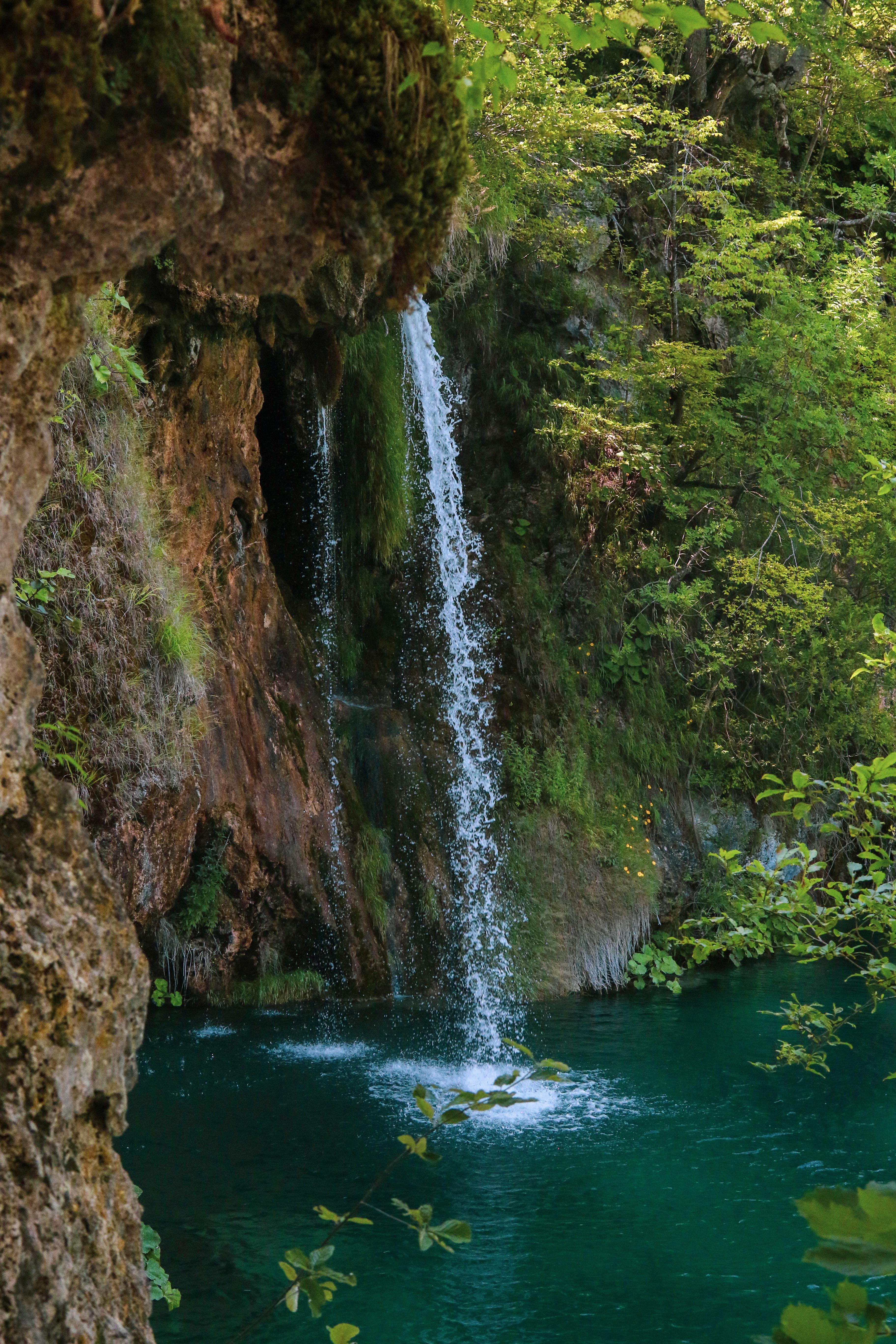 110420 скачать обои Природа, Водопад, Скала, Брызги, Вода, Растения - заставки и картинки бесплатно