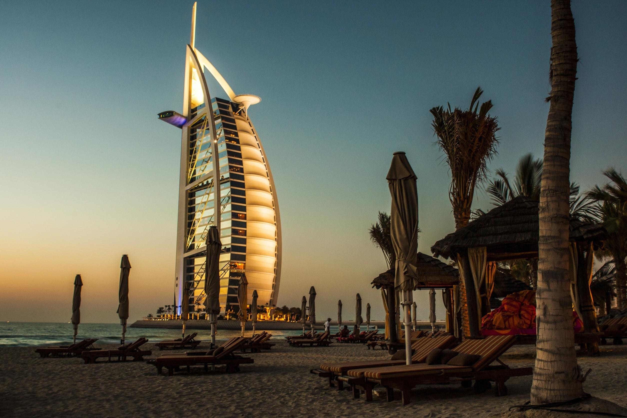 63374 скачать обои Пляж, Дубай, Природа, Пальмы, Шезлонги, Бурдж-Эль-Араб - заставки и картинки бесплатно