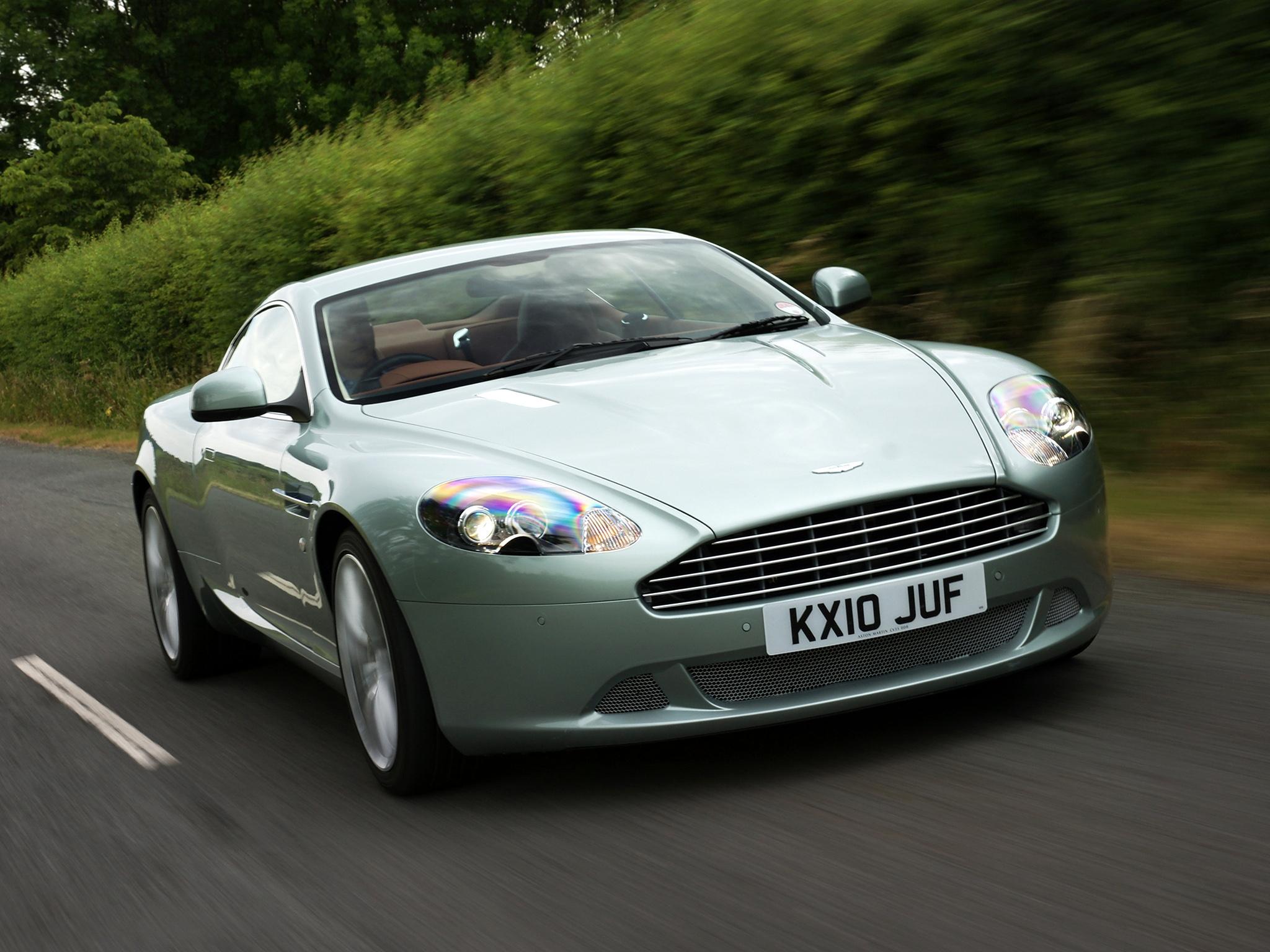 75850 скачать обои Спорт, Машины, Астон Мартин (Aston Martin), Тачки (Cars), Асфальт, Вид Спереди, Скорость, Стиль, Кустарники, Db9, 2010, Зеленый Металлик - заставки и картинки бесплатно