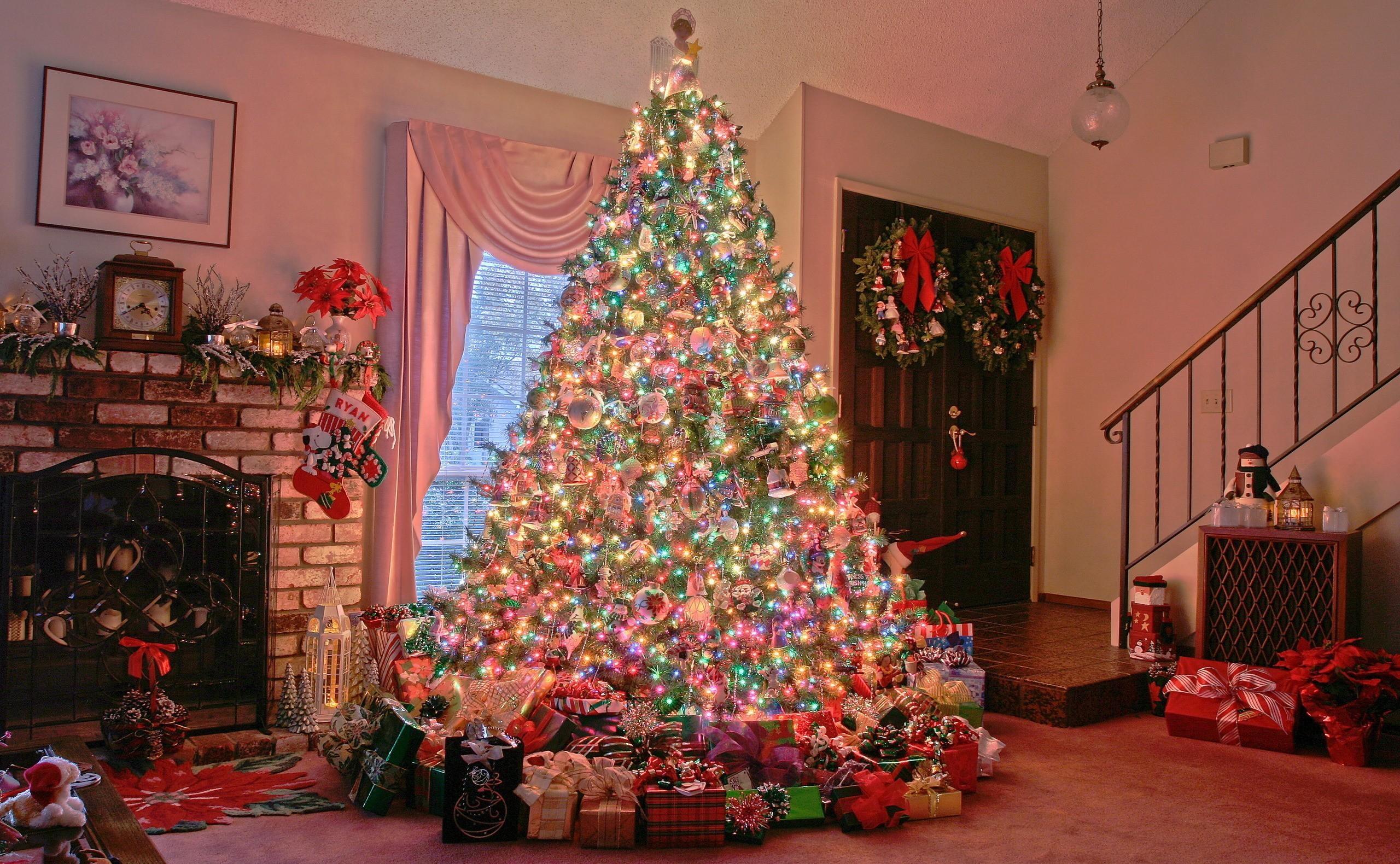 97686 Hintergrundbild herunterladen Feiertage, Weihnachten, Urlaub, Haus, Weihnachtsbaum, Kamin, Die Geschenke, Geschenke - Bildschirmschoner und Bilder kostenlos