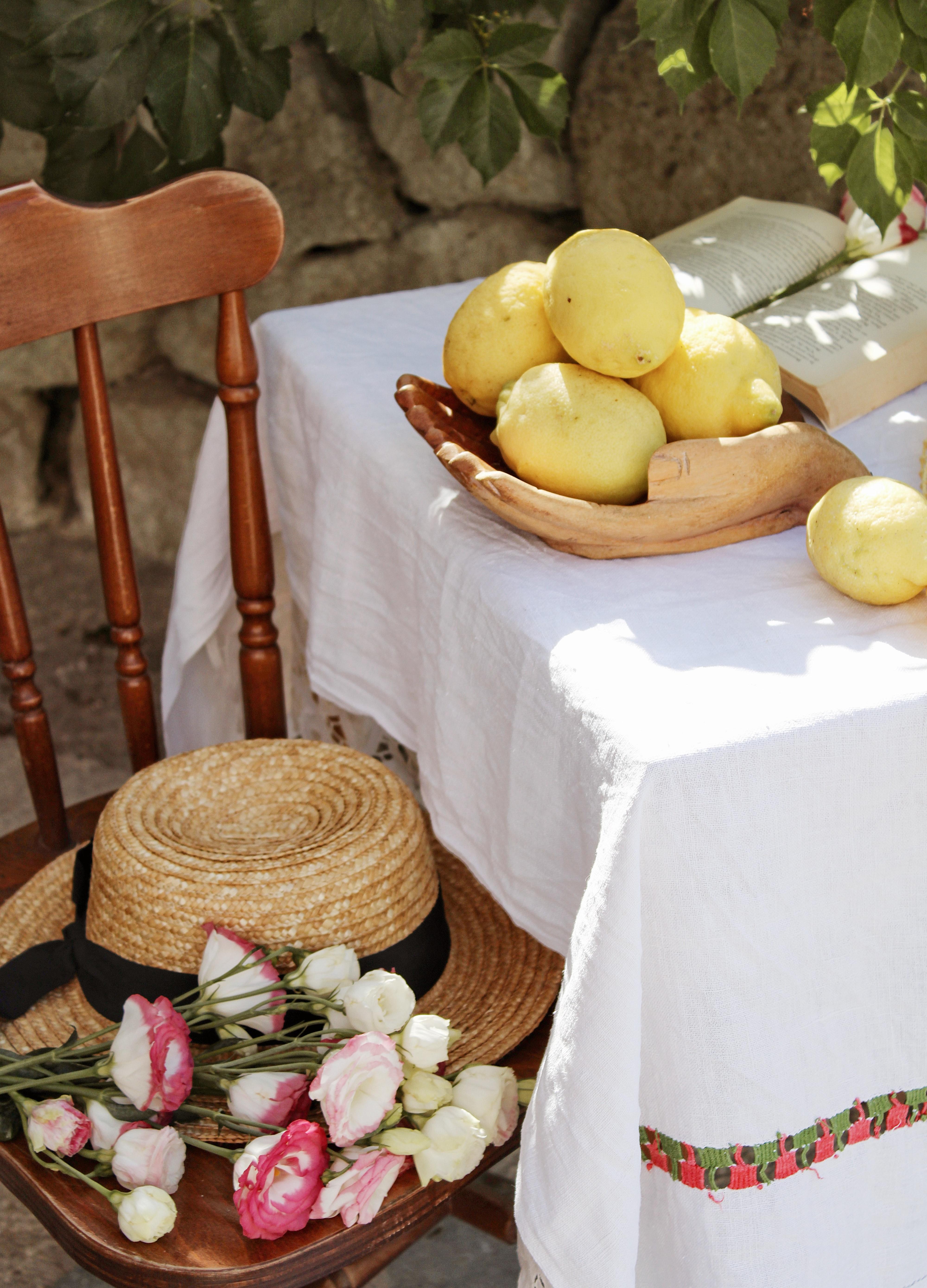52335 скачать обои Цветы, Лимоны, Разное, Стул, Стол, Шляпа, Цитрусы - заставки и картинки бесплатно