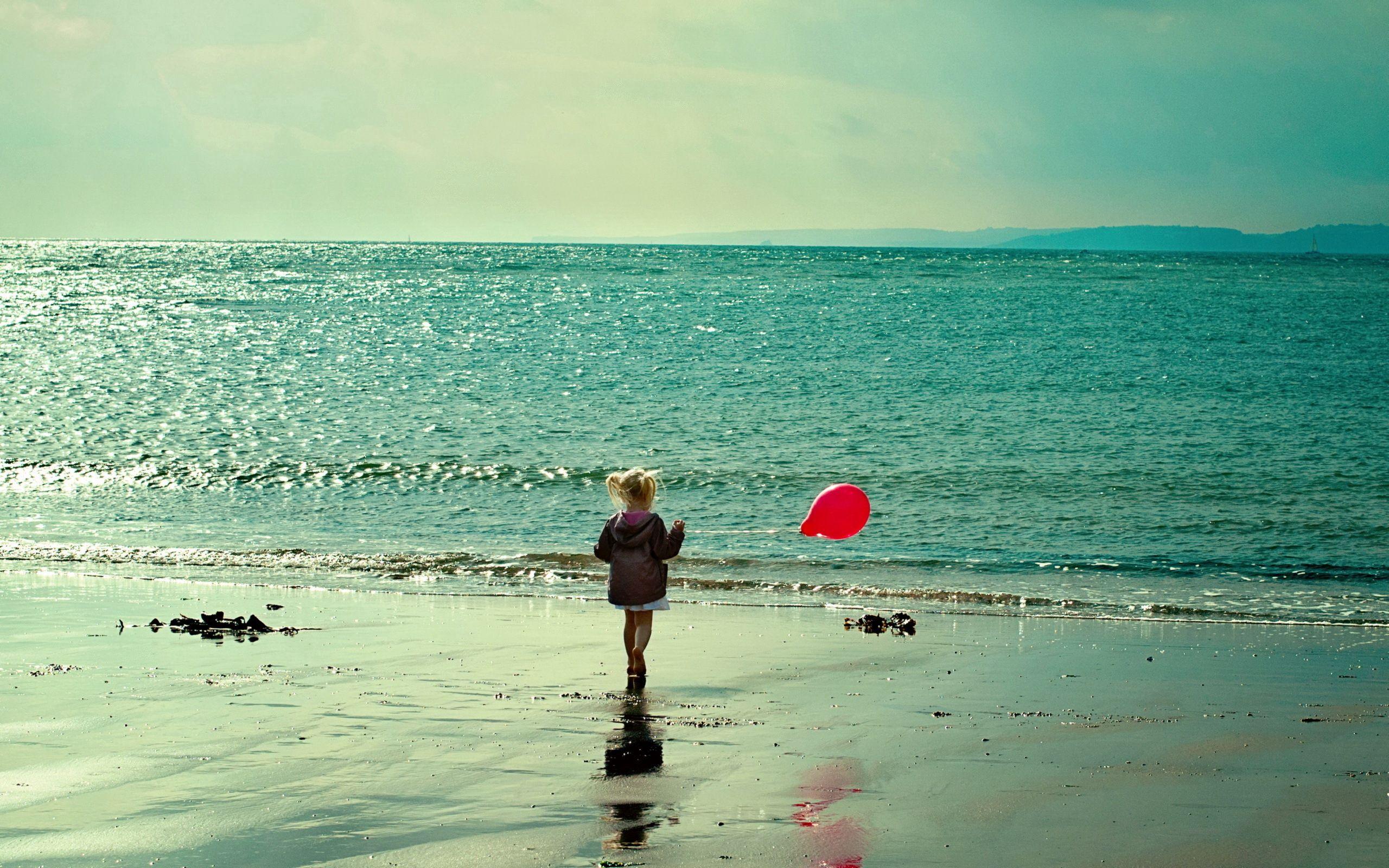 123799 скачать обои Разное, Море, Девочка, Прогулка, Берег, Бежать, Воздушный Шар - заставки и картинки бесплатно