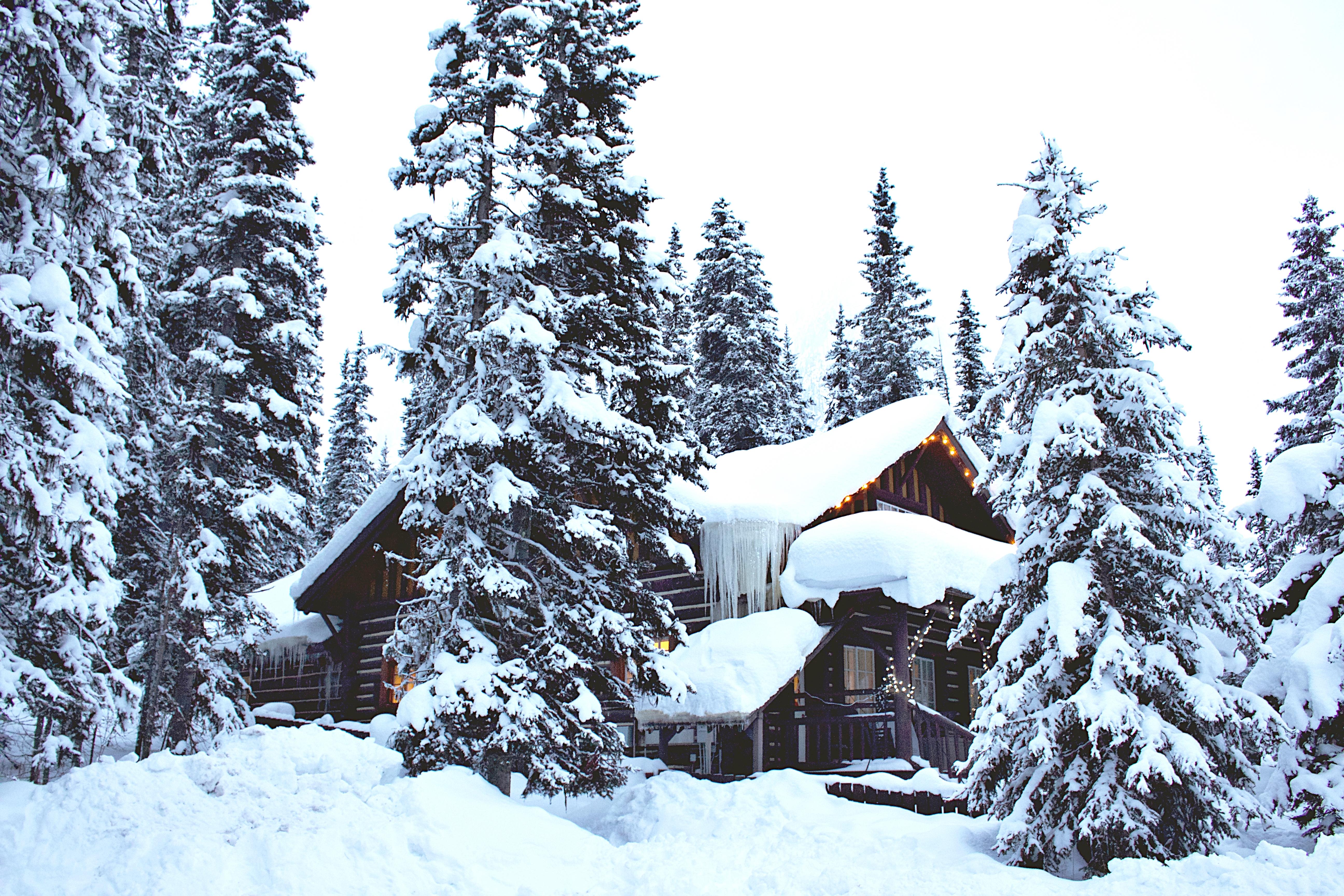 132533 Hintergrundbild 128x160 kostenlos auf deinem Handy, lade Bilder Winterreifen, Natur, Schnee, Wald, Haus 128x160 auf dein Handy herunter
