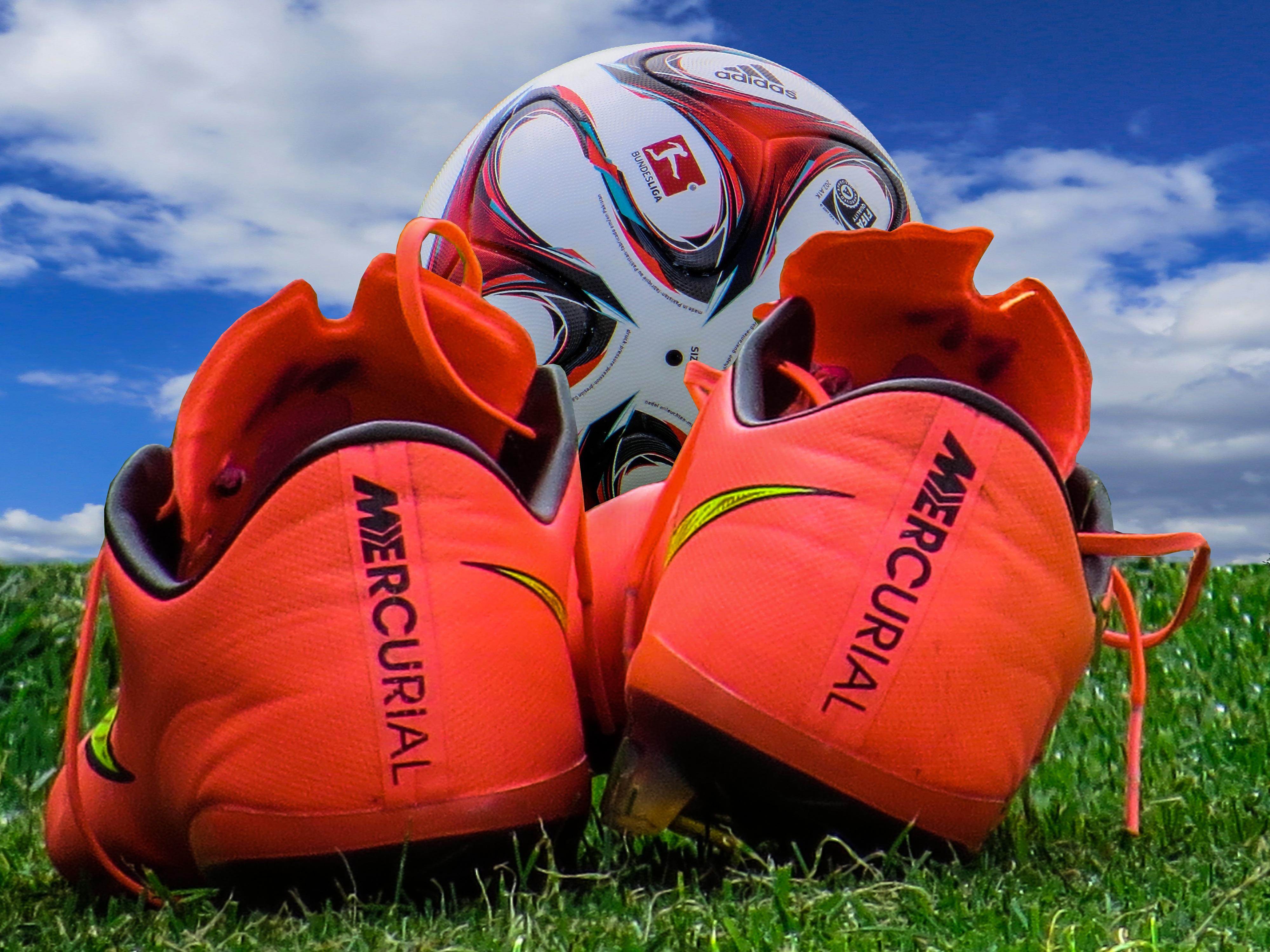 51461 Hintergrundbild herunterladen Sport, Fußball, Ball, Stollen, Schuhe - Bildschirmschoner und Bilder kostenlos