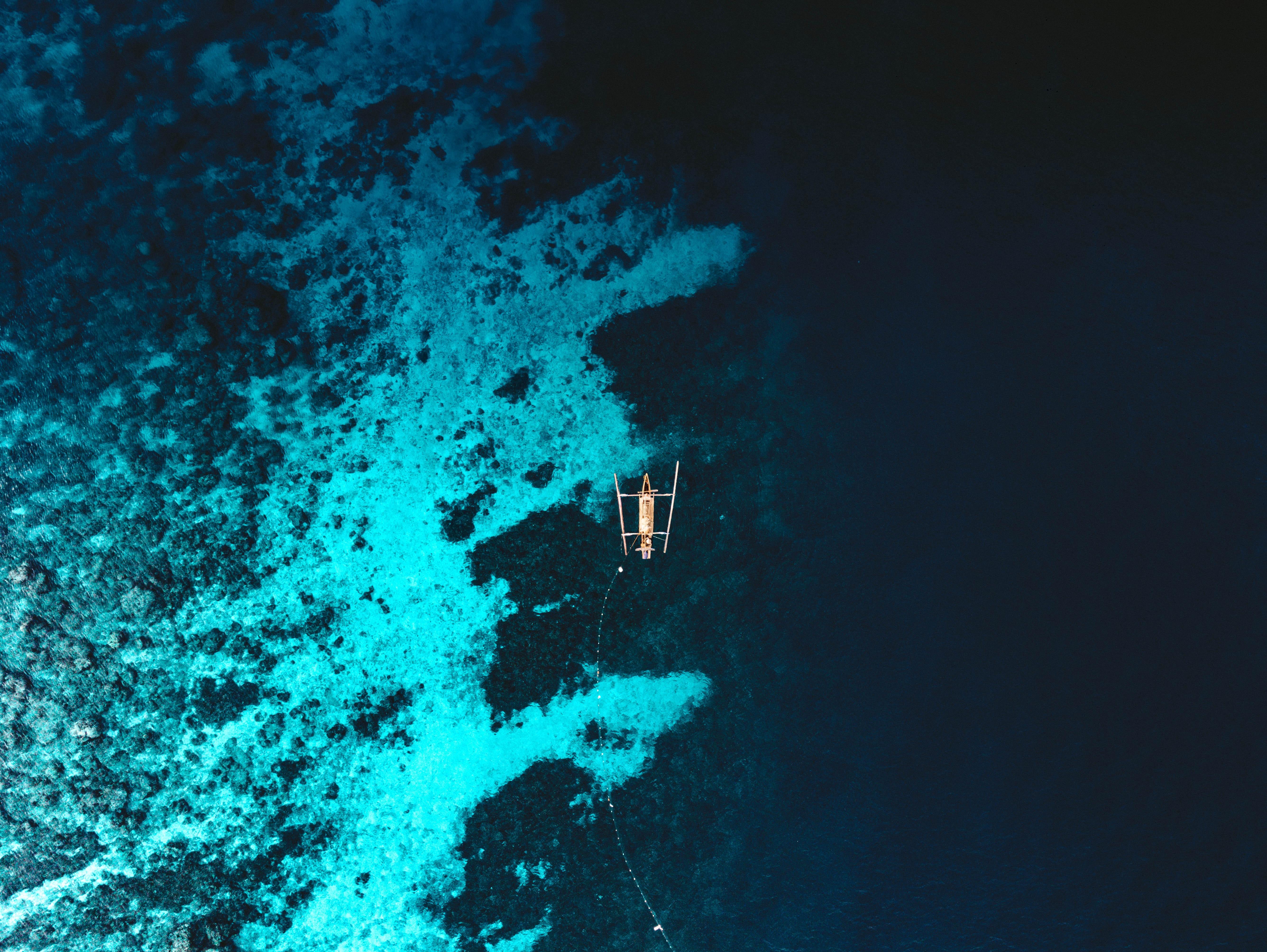 156899 免費下載壁紙 杂项, 一条船, 船, 海, 从上面看, 顶视图, 水, 礁, 礁石 屏保和圖片