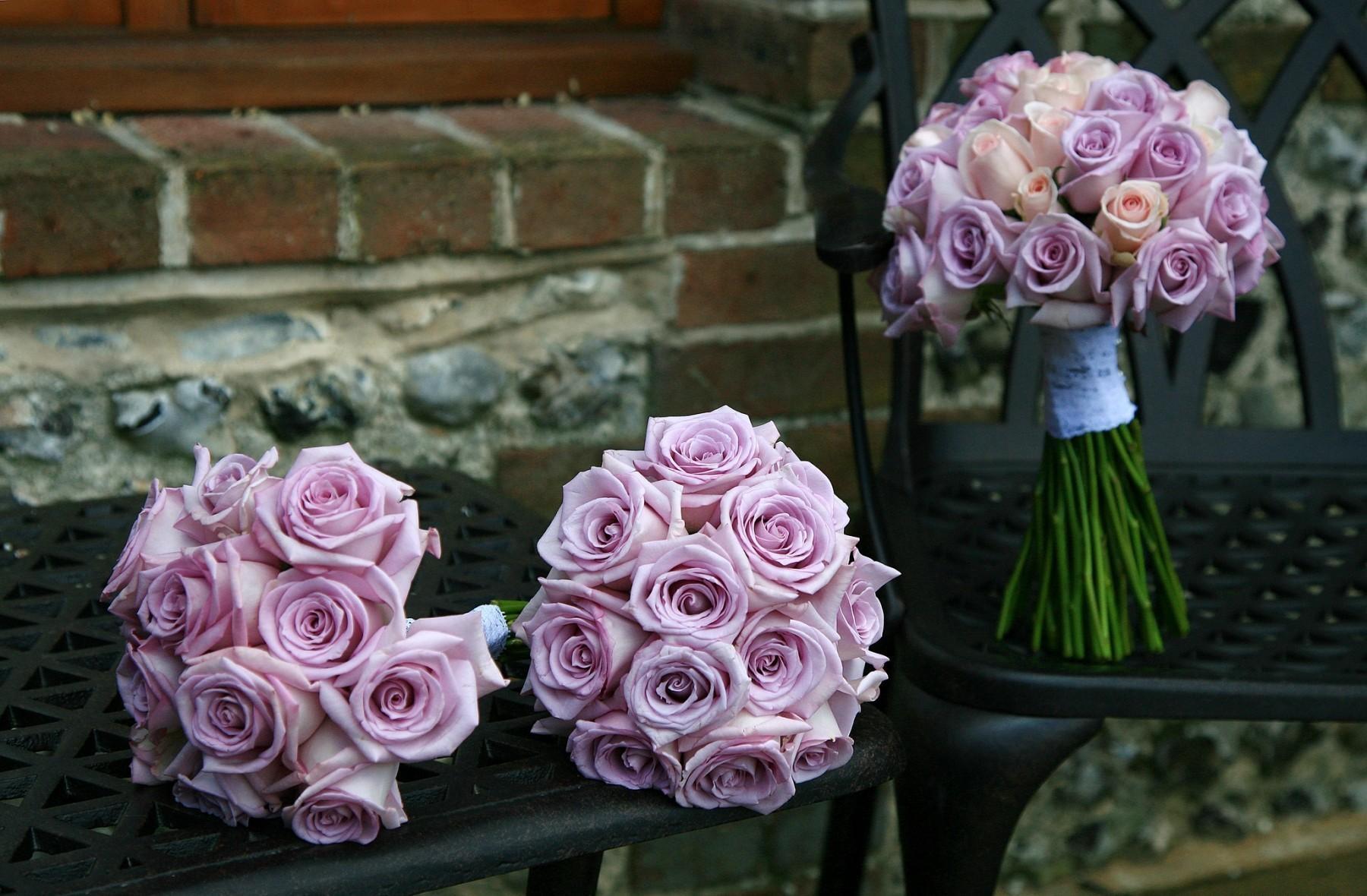92183 télécharger le fond d'écran Fleurs, Trois, Banc, Chaise, Roses, Bouquets - économiseurs d'écran et images gratuitement