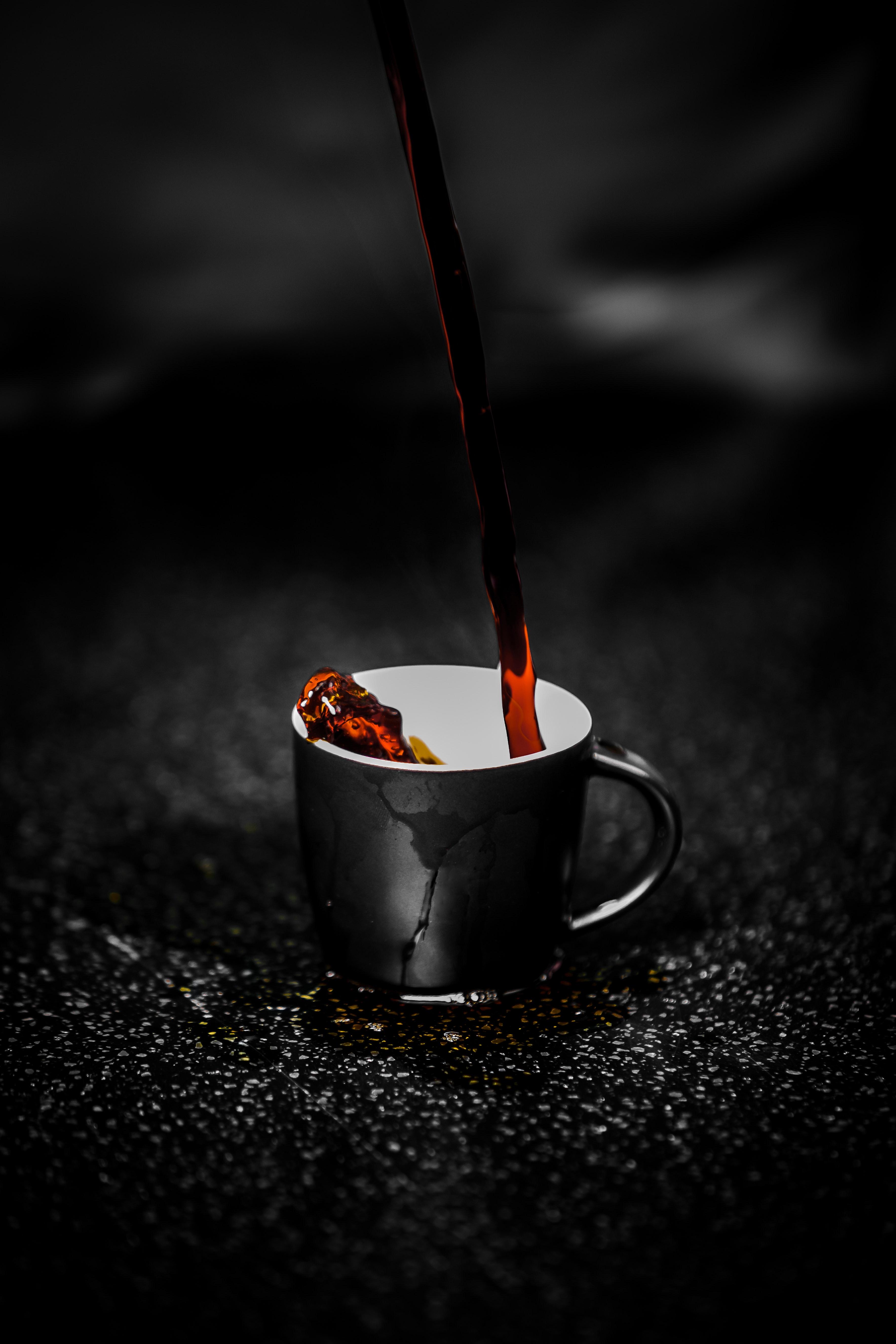 77636 Hintergrundbild herunterladen Drops, Dunkel, Eine Tasse, Tasse, Tee, Jet - Bildschirmschoner und Bilder kostenlos