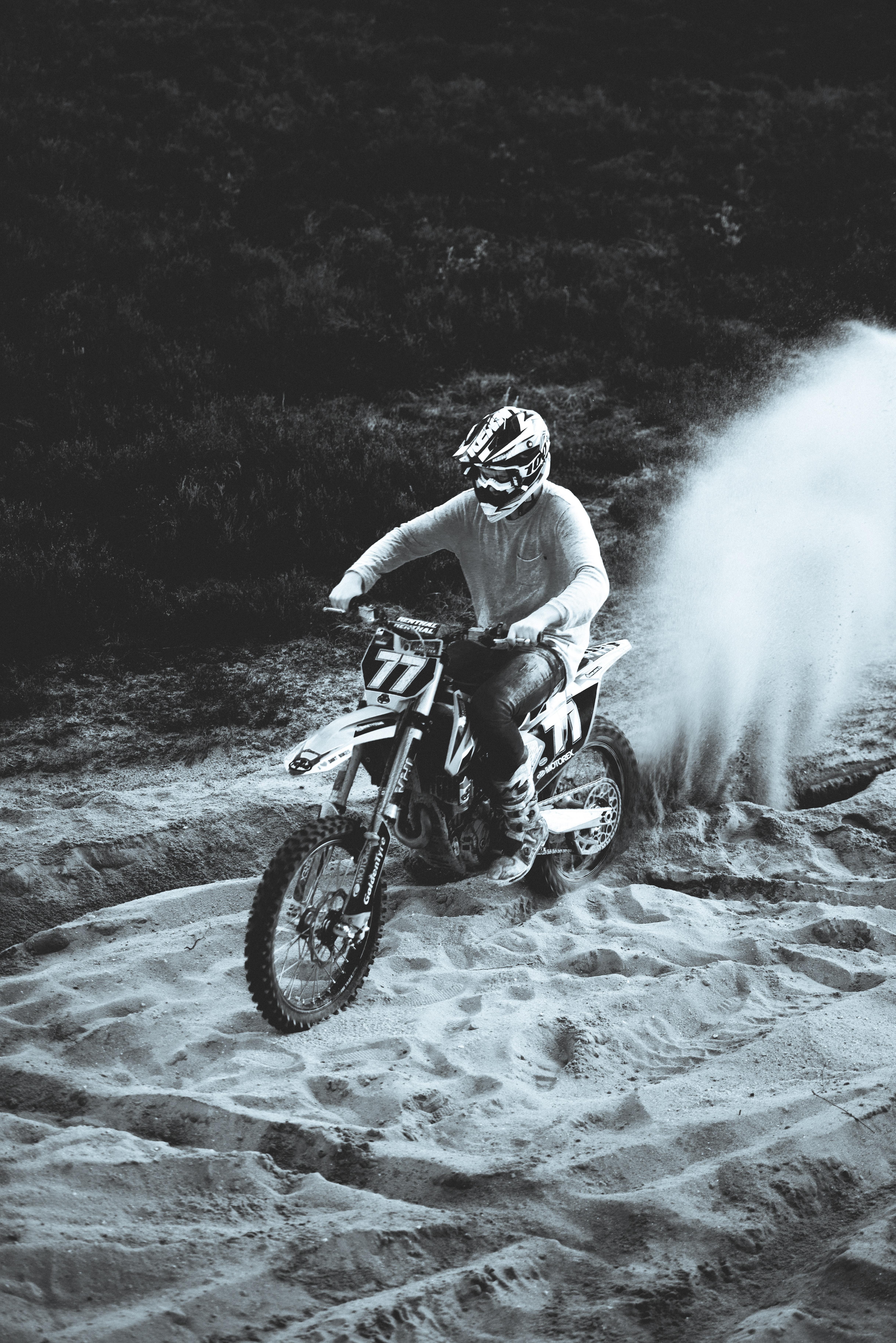 142771 скачать обои Песок, Мотоциклы, Ралли, Мотоциклист, Мотоцикл, Байк, Черно-Белый - заставки и картинки бесплатно