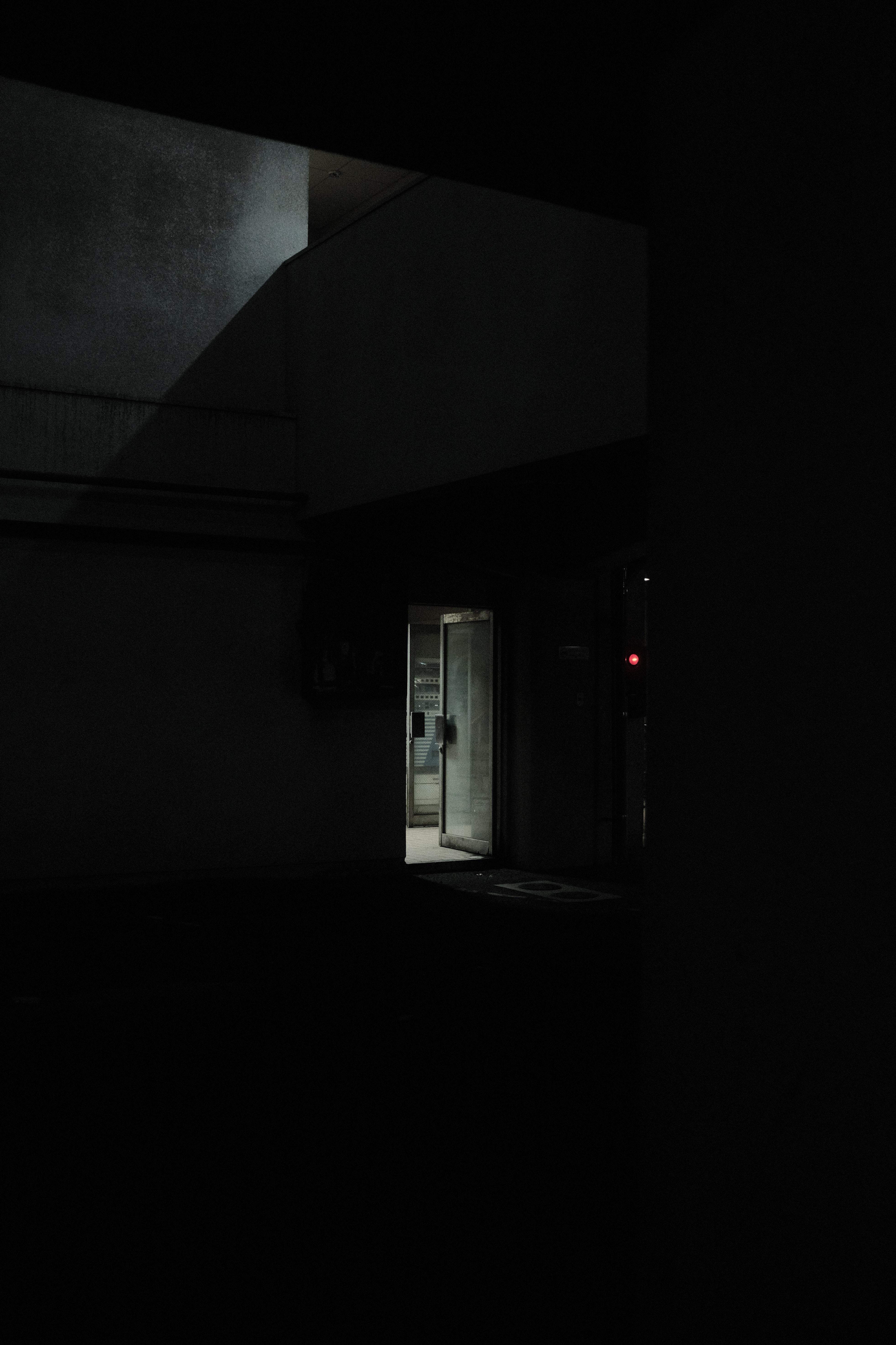 140616 fondo de pantalla 1920x1080 en tu teléfono gratis, descarga imágenes Oscuro, Edificio, Una Puerta, La Puerta, Brillar, Luz, Oscuridad 1920x1080 en tu móvil