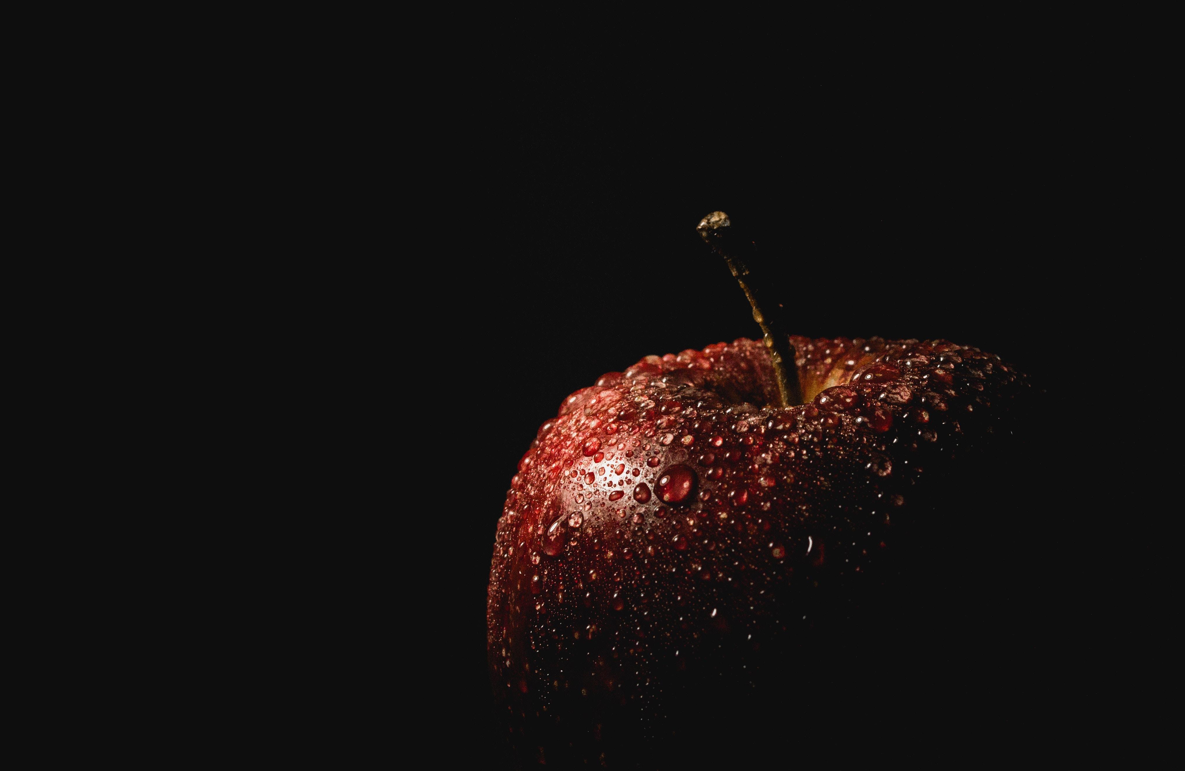 112612 Hintergrundbild herunterladen Dunkel, Drops, Schwarzer Hintergrund, Apfel - Bildschirmschoner und Bilder kostenlos