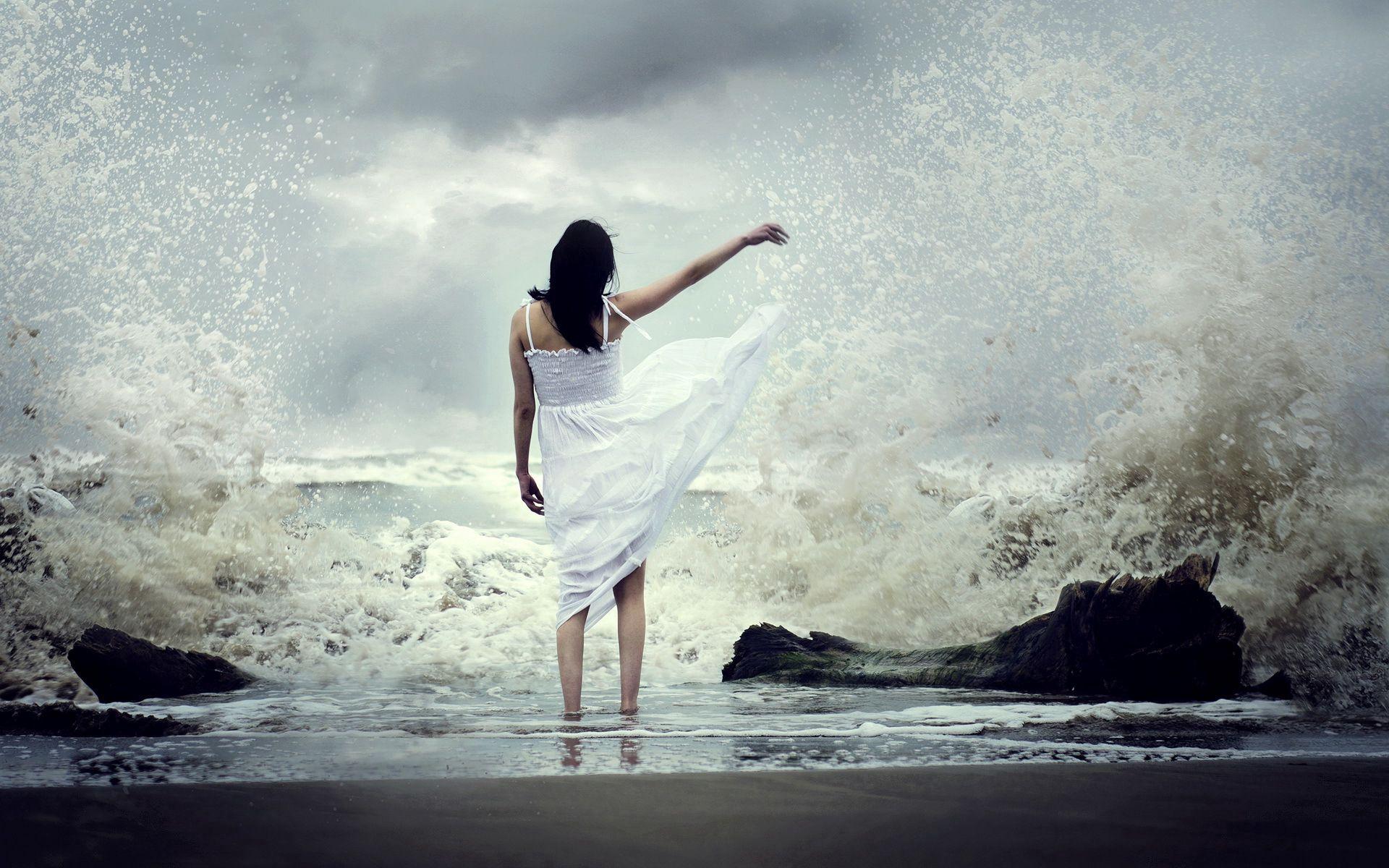 83614 скачать обои Природа, Девушка, Море, Прибой, Платье, Брызги - заставки и картинки бесплатно