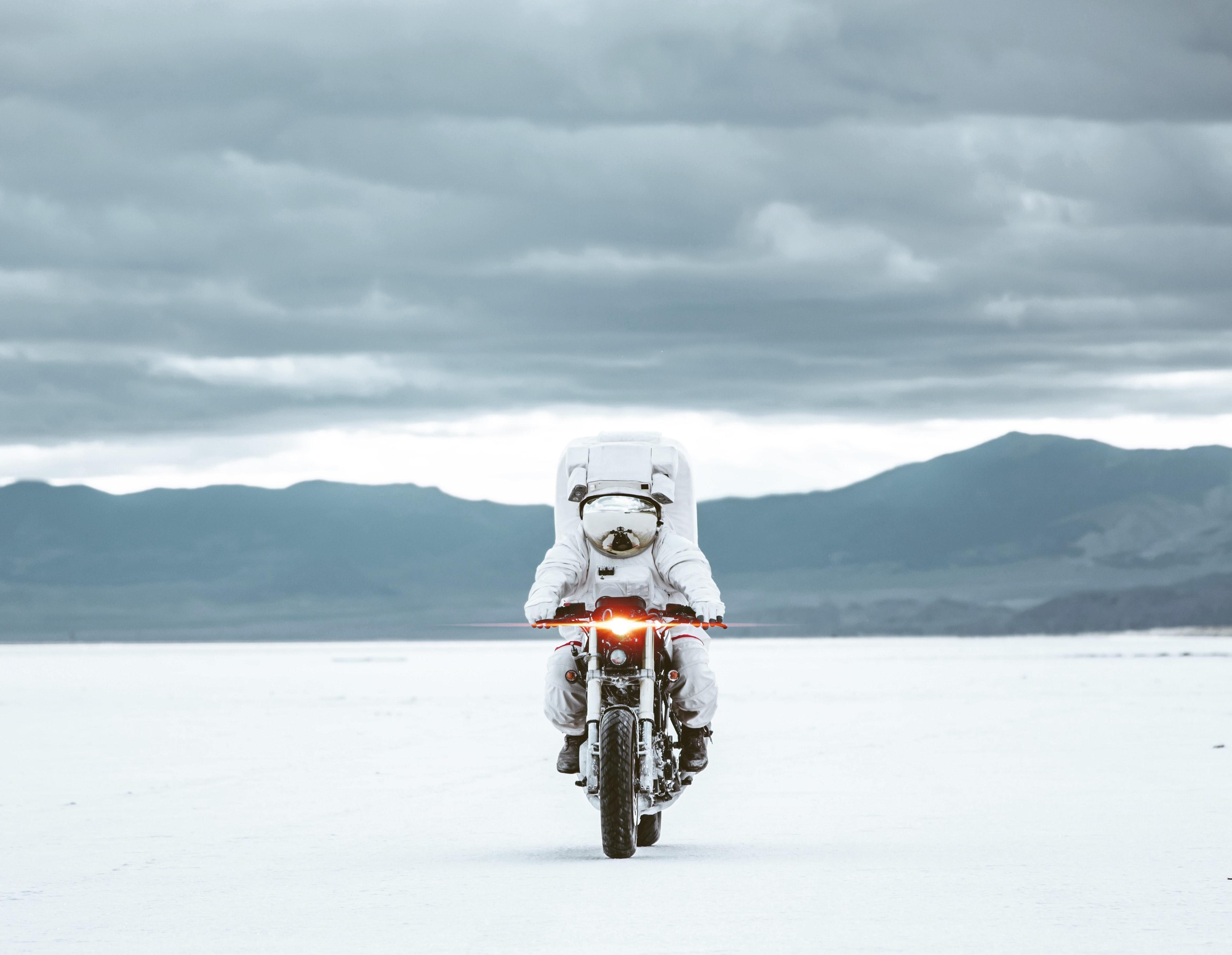 144324 Заставки и Обои Мотоциклы на телефон. Скачать Мотоциклы, Мотоцикл, Космонавт, Скафандр картинки бесплатно