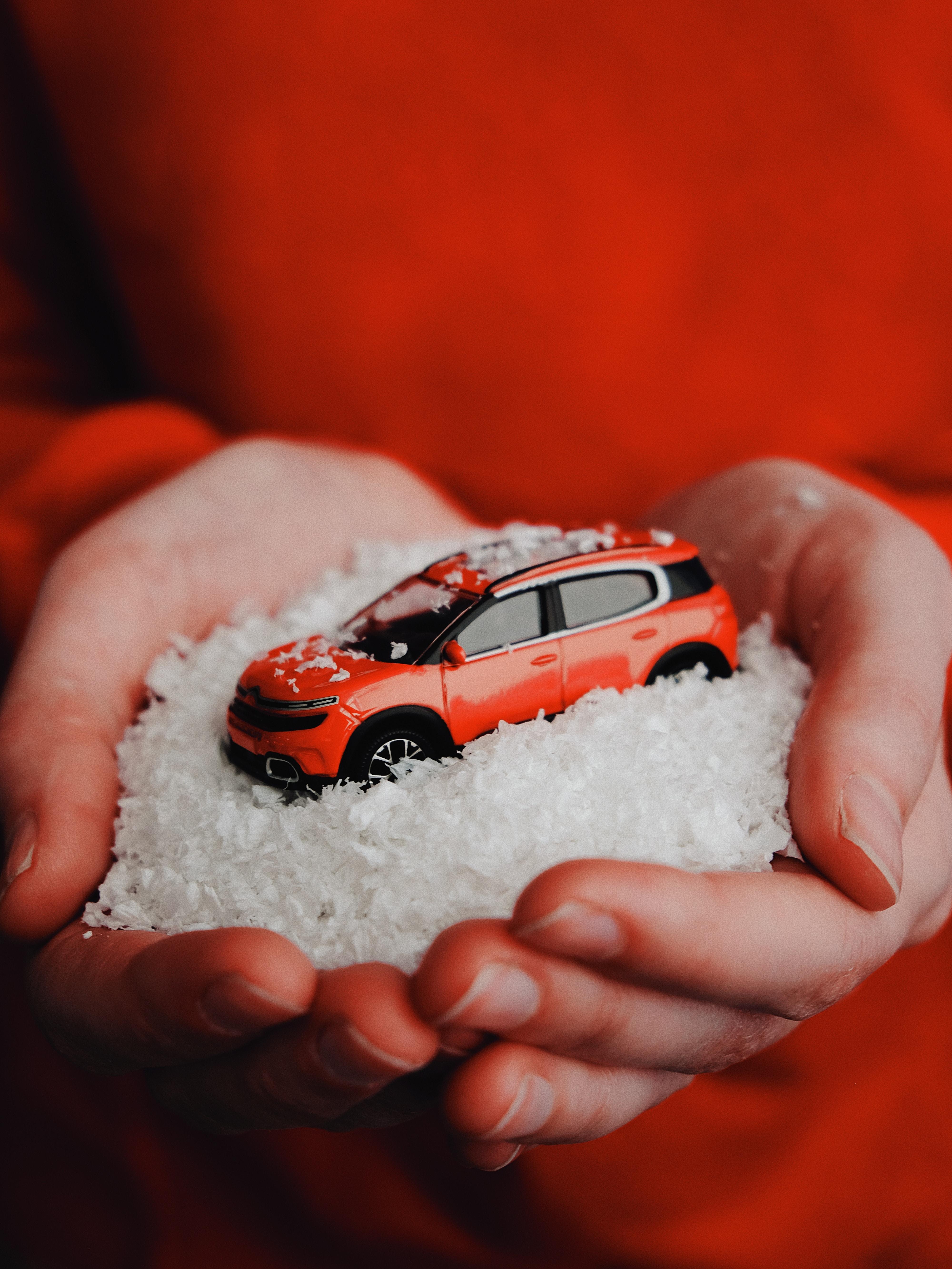 69545 скачать обои Разное, Машина, Красный, Снег, Игрушка, Руки - заставки и картинки бесплатно
