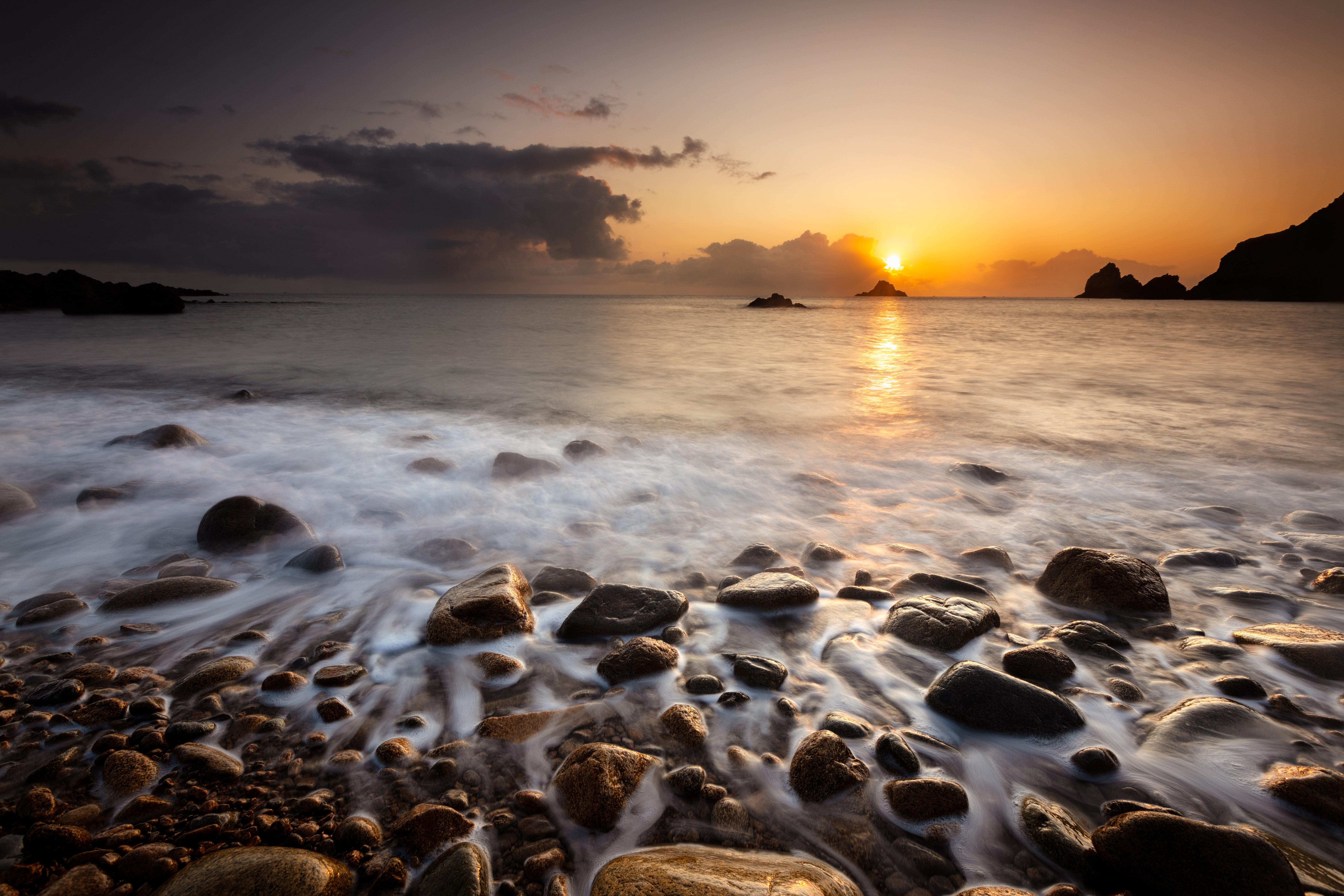 156096 скачать обои Природа, Закат, Камни, Галька, Море, Горизонт - заставки и картинки бесплатно