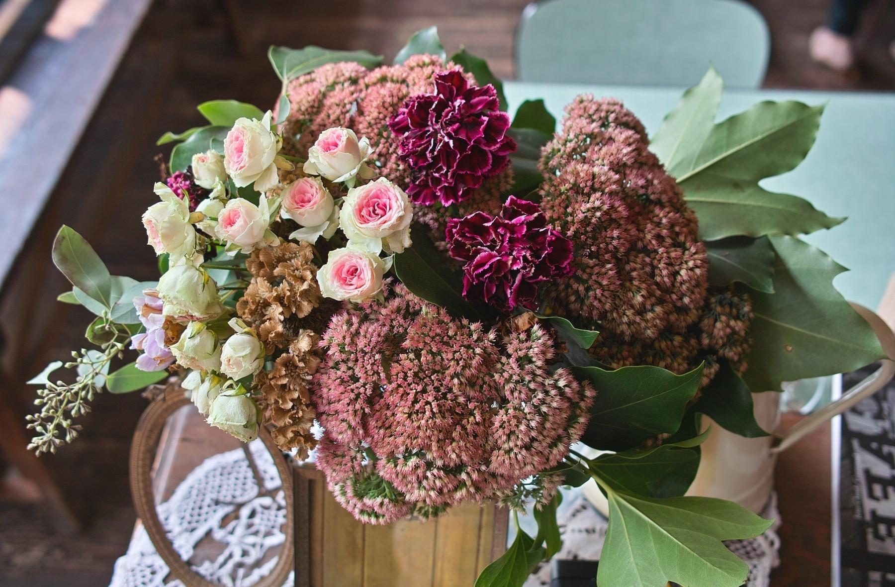 85151 скачать обои Цветы, Гвоздики, Букет, Листья, Стол, Салфетка, Розы - заставки и картинки бесплатно