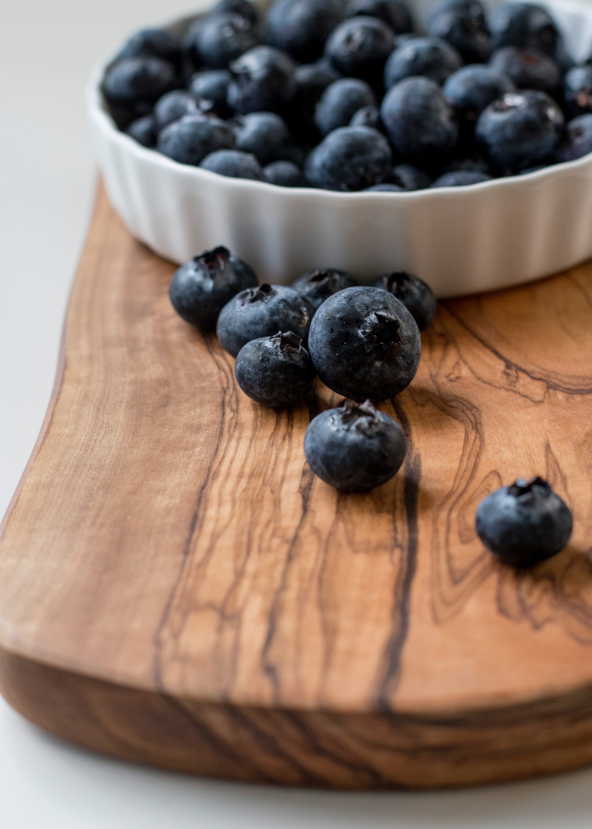 148359 download wallpaper Food, Fruit, Wood, Wooden, Bilberries, Berries screensavers and pictures for free
