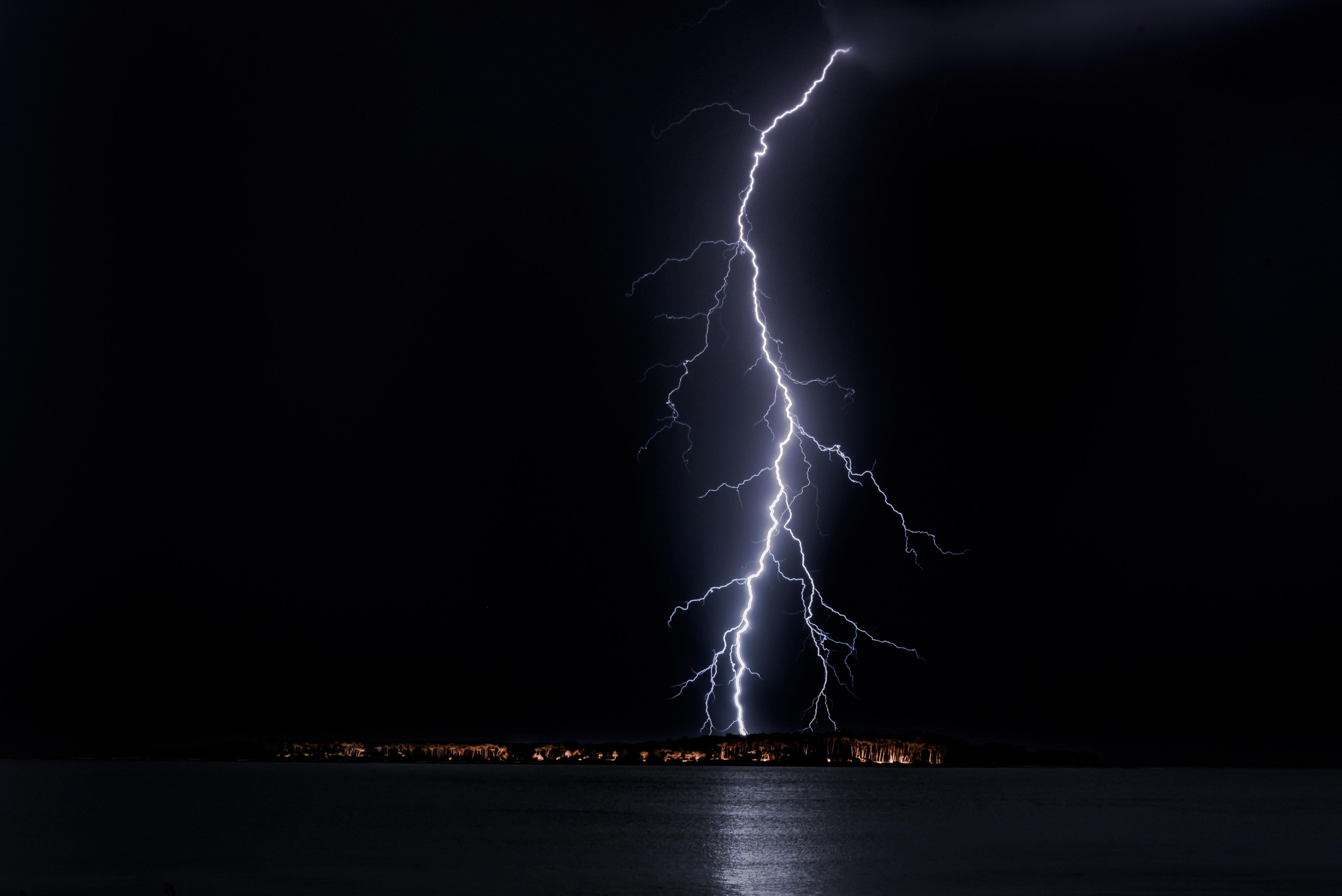 83604 Заставки и Обои Молния на телефон. Скачать Молния, Природа, Море, Ночь, Горизонт, Свет картинки бесплатно