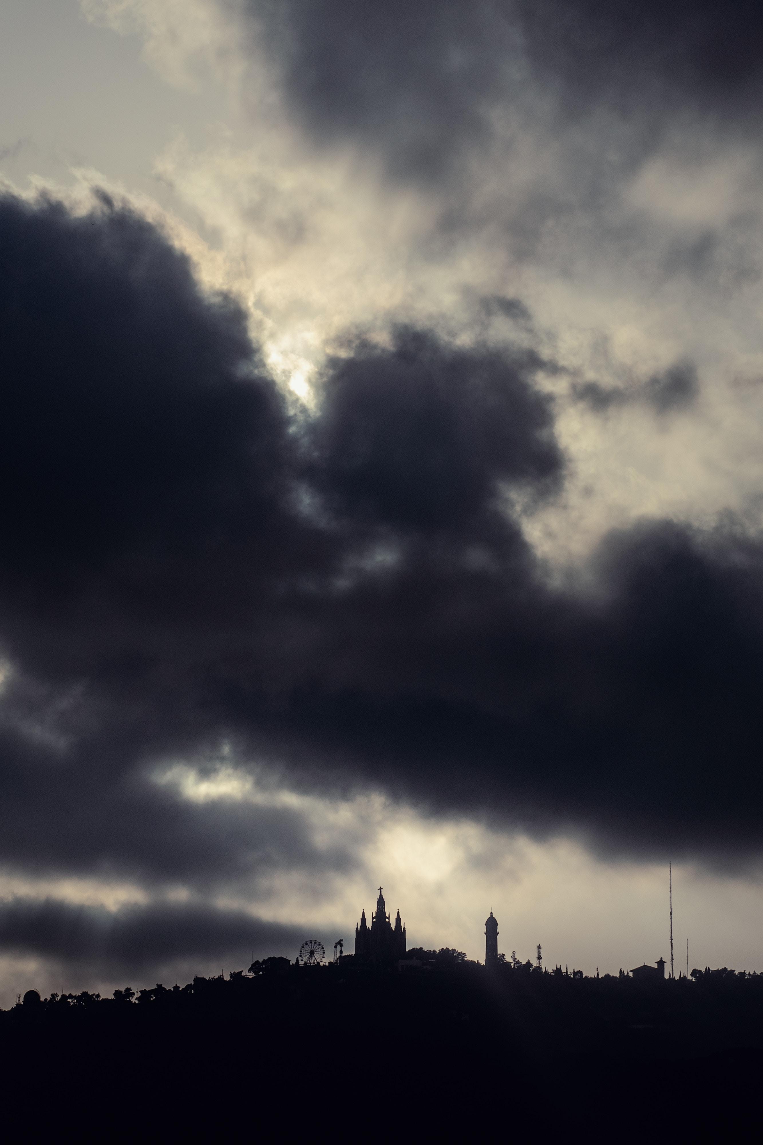 113080 baixar papel de parede Cidades, Noite, Nuvens, Barcelona, Prédio, Edifício, Principalmente Nublado, Nublado, Casa-Museu De Gaudi, Museu Gowdy House - protetores de tela e imagens gratuitamente