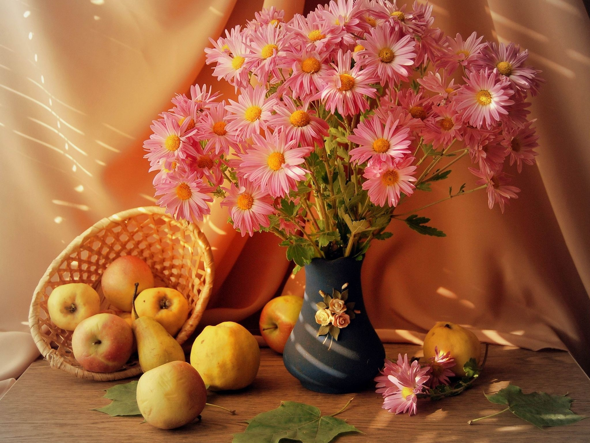 99167 скачать обои Фрукты, Цветы, Натюрморт, Стол, Ваза, Корзинка - заставки и картинки бесплатно