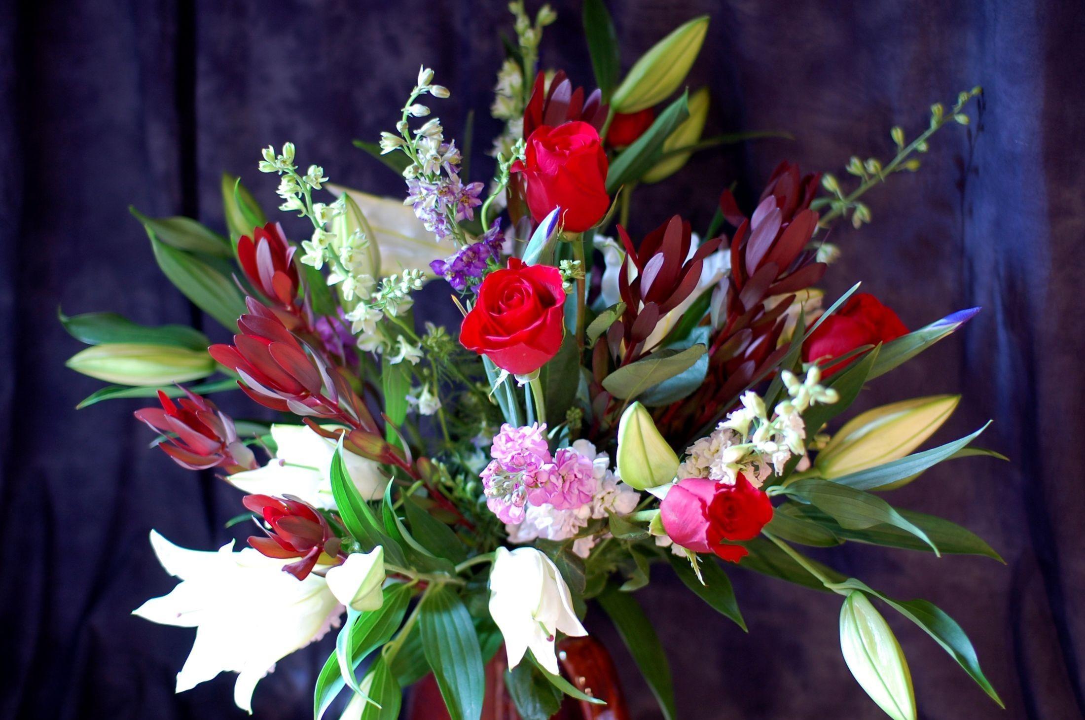 65887 скачать обои Цветы, Лилии, Букет, Композиция, Ваза, Розы - заставки и картинки бесплатно