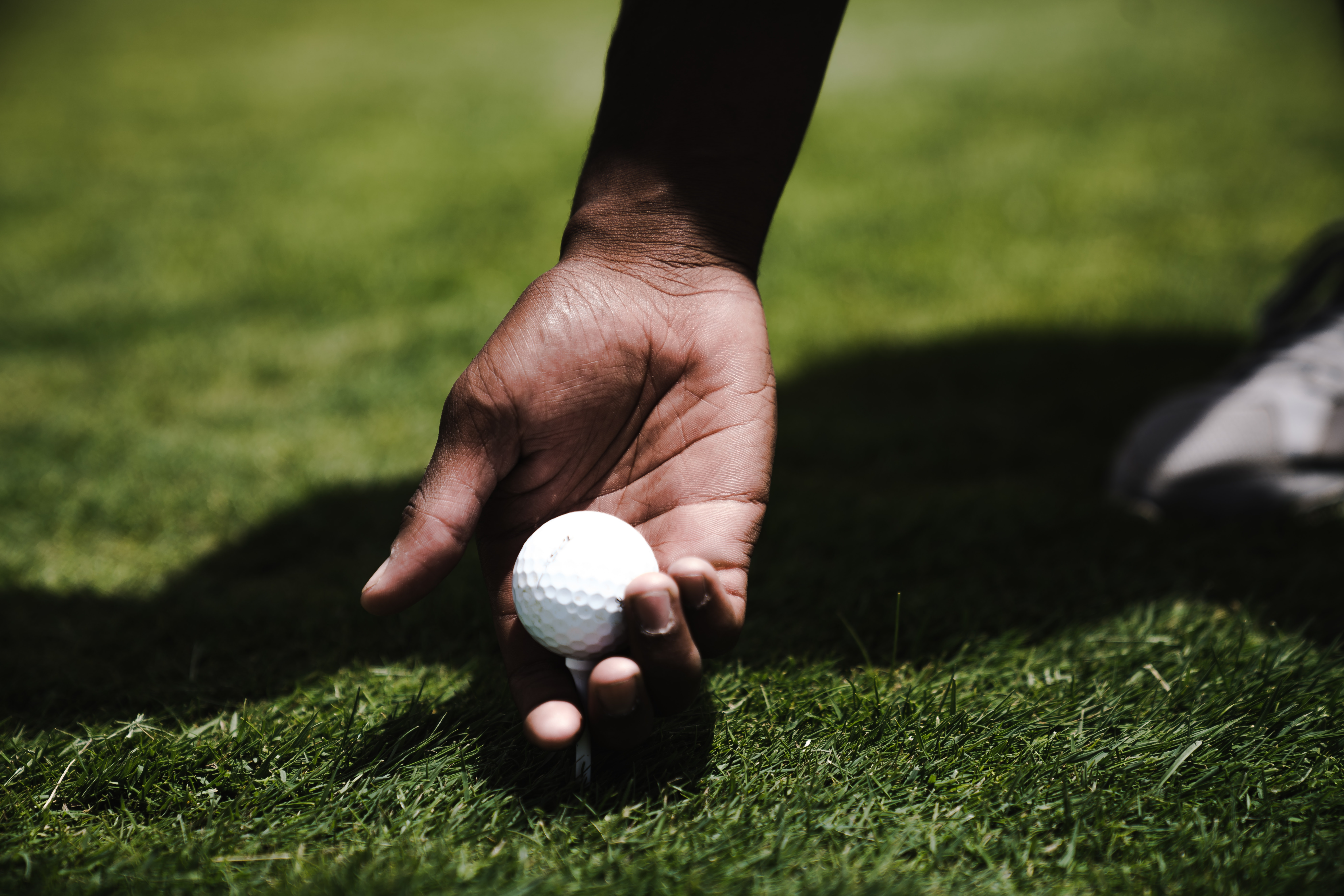 134762 download wallpaper Sports, Golf, Hand, Ball, Lawn screensavers and pictures for free