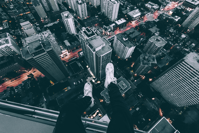 90185 Hintergrundbild herunterladen Städte, Wolkenkratzer, Beine, Dach, Schuhe, Schuhwerk - Bildschirmschoner und Bilder kostenlos