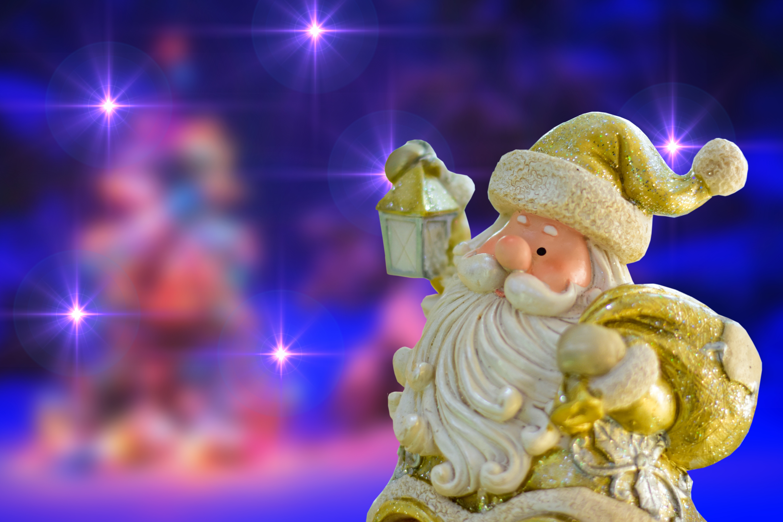 132166 Hintergrundbild herunterladen Feiertage, Neujahr, Väterchen Frost, Weihnachtsmann, Spielzeug, Weihnachten, Scheinen, Brillanz, Neues Jahr, Statuette - Bildschirmschoner und Bilder kostenlos