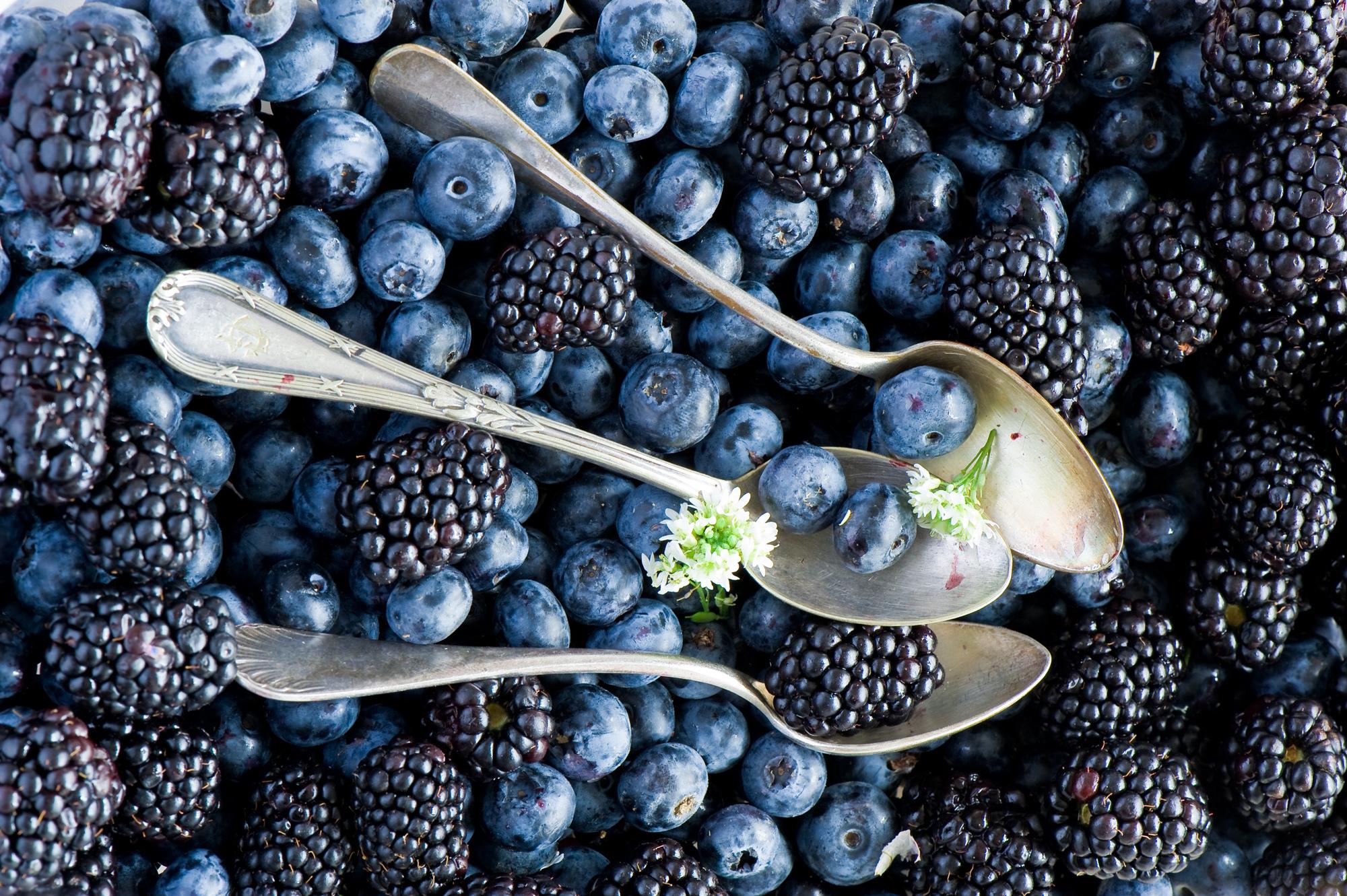 97171 Hintergrundbild herunterladen Lebensmittel, Blaubeeren, Berries, Blackberry, Löffel - Bildschirmschoner und Bilder kostenlos